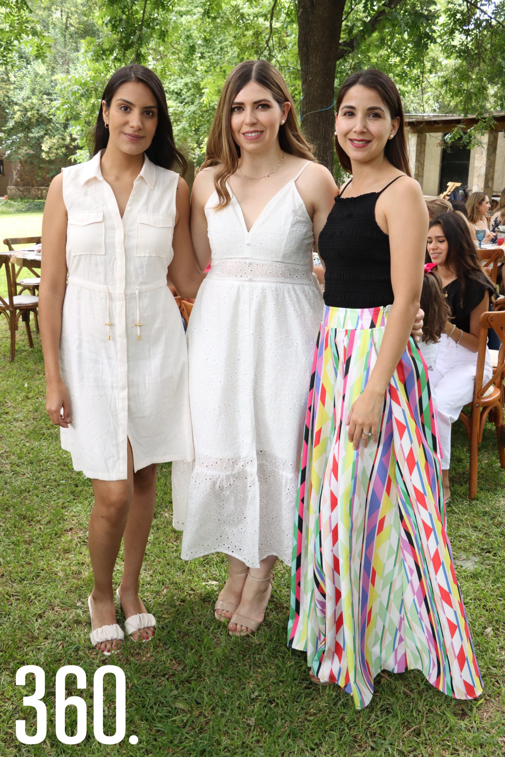 Fernanda y Ana Lucía Peart acompañadas por Daniela Treviño.