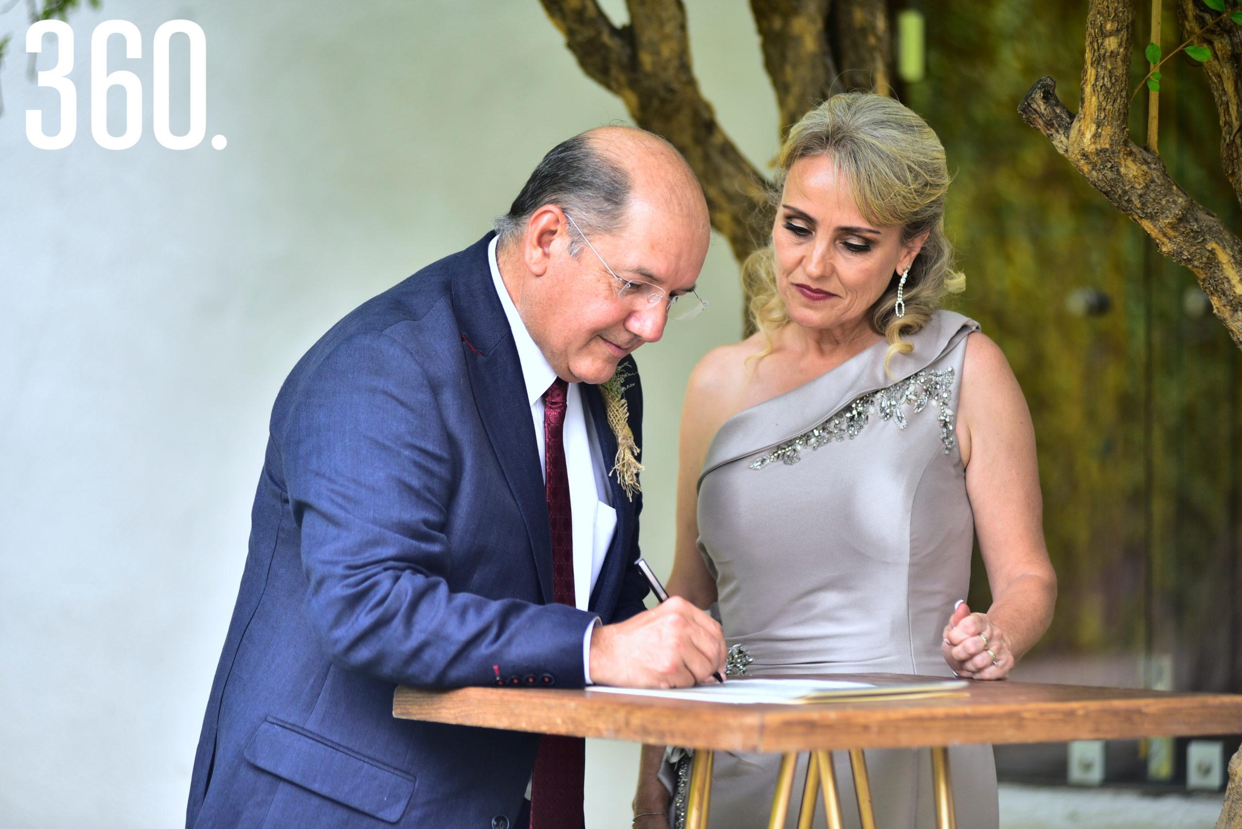 Eduardo Dávila y Ana Laura Treviño firmando el acta.