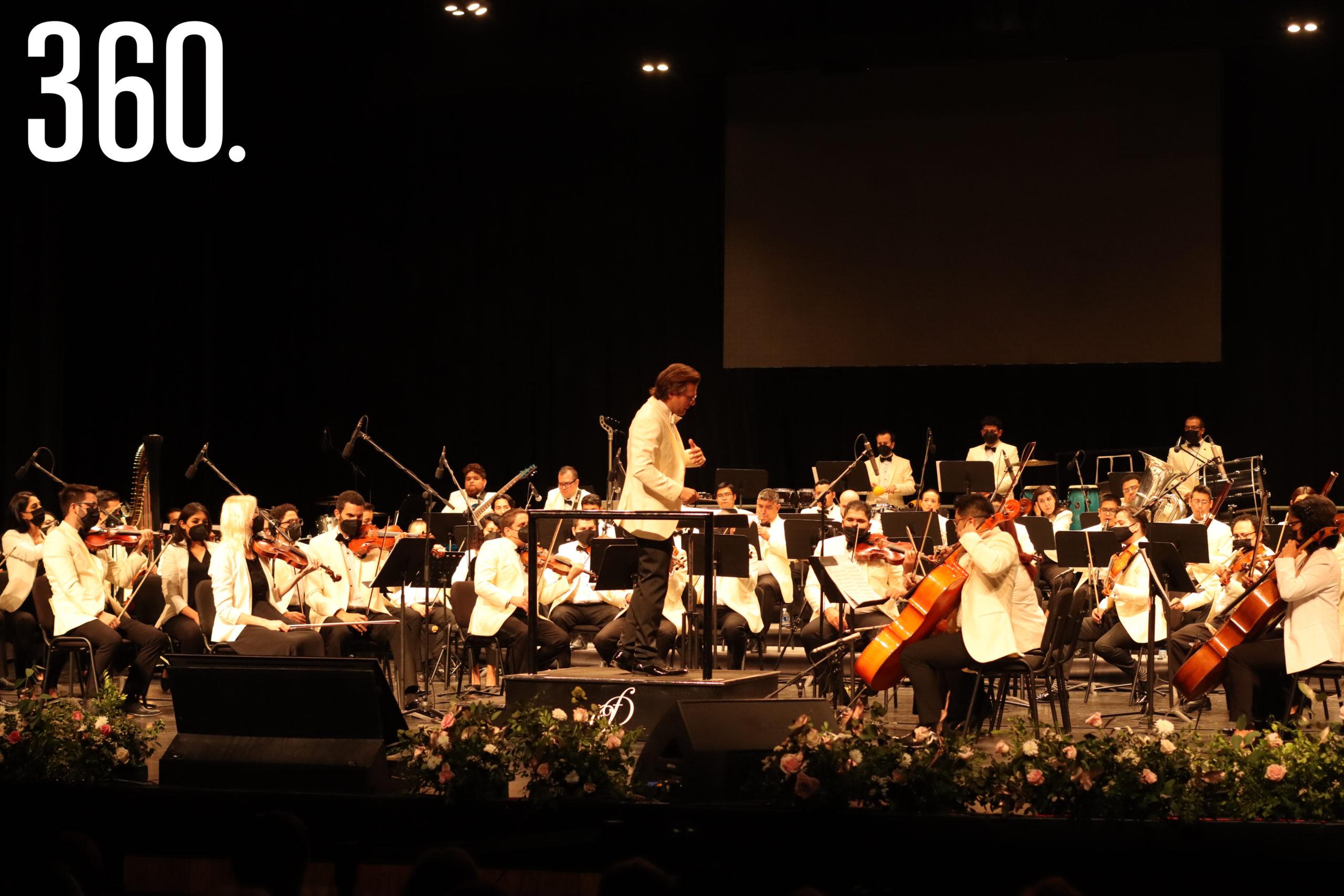 Natanael Espinoza dirigió a la Orquesta Filarmónica del Desierto.
