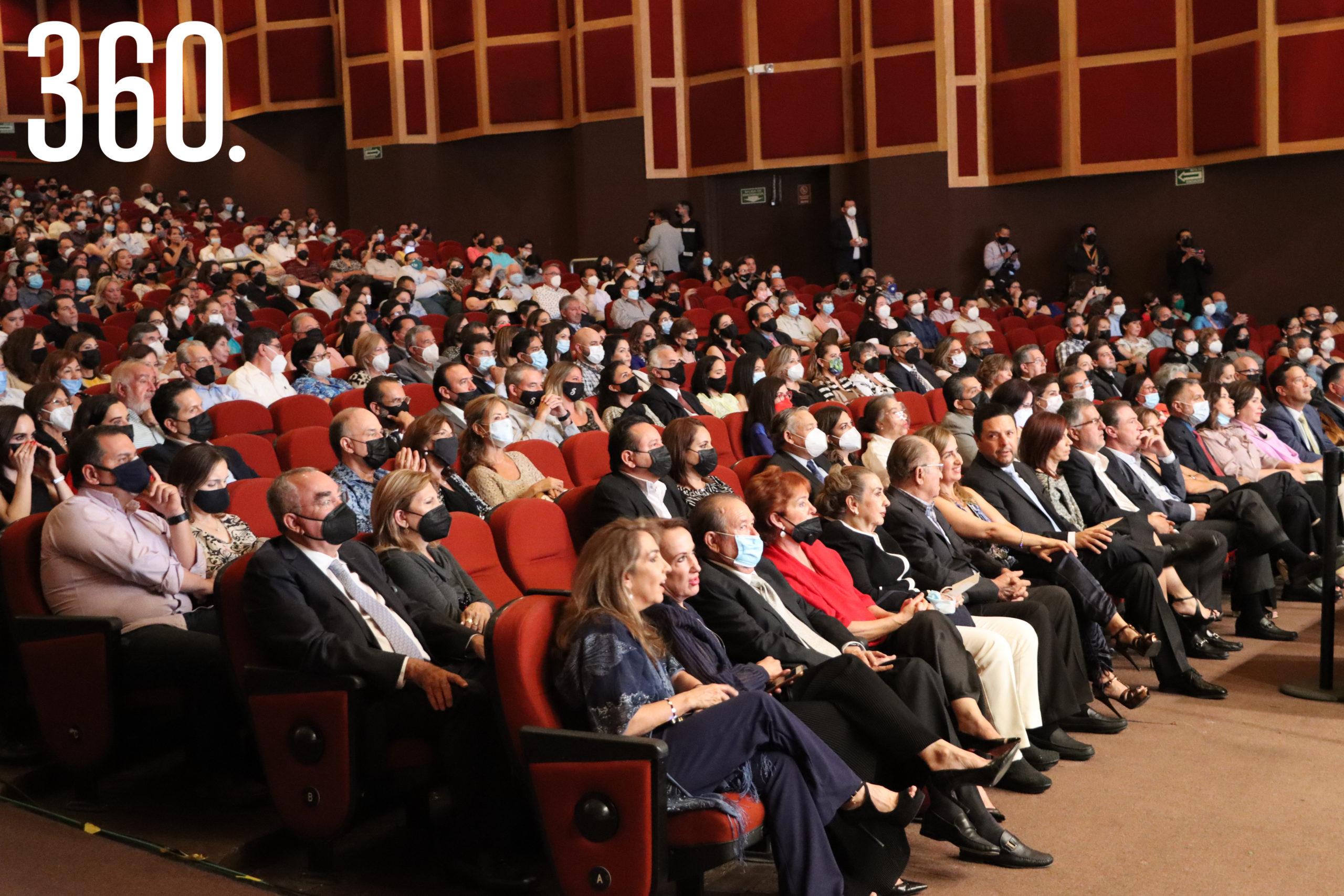 El público asistente disfrutó cada uno de los temas interpretados por la magistral voz de Fernando de la Mora.