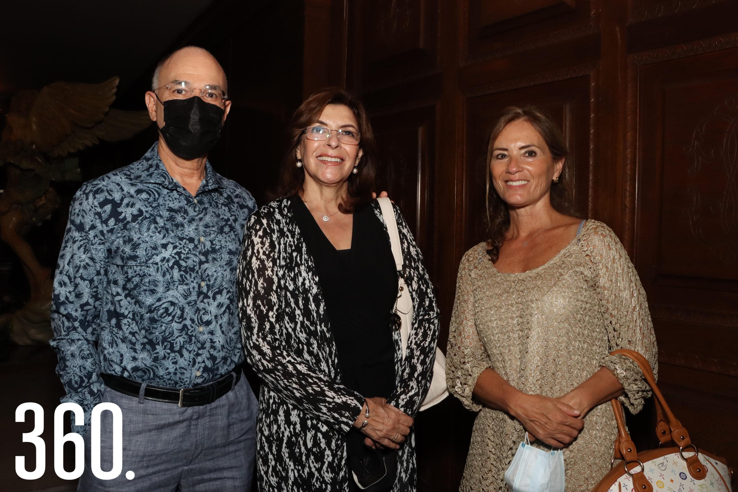 Rafael Avilés, Claudia y Susana Covarrubías.