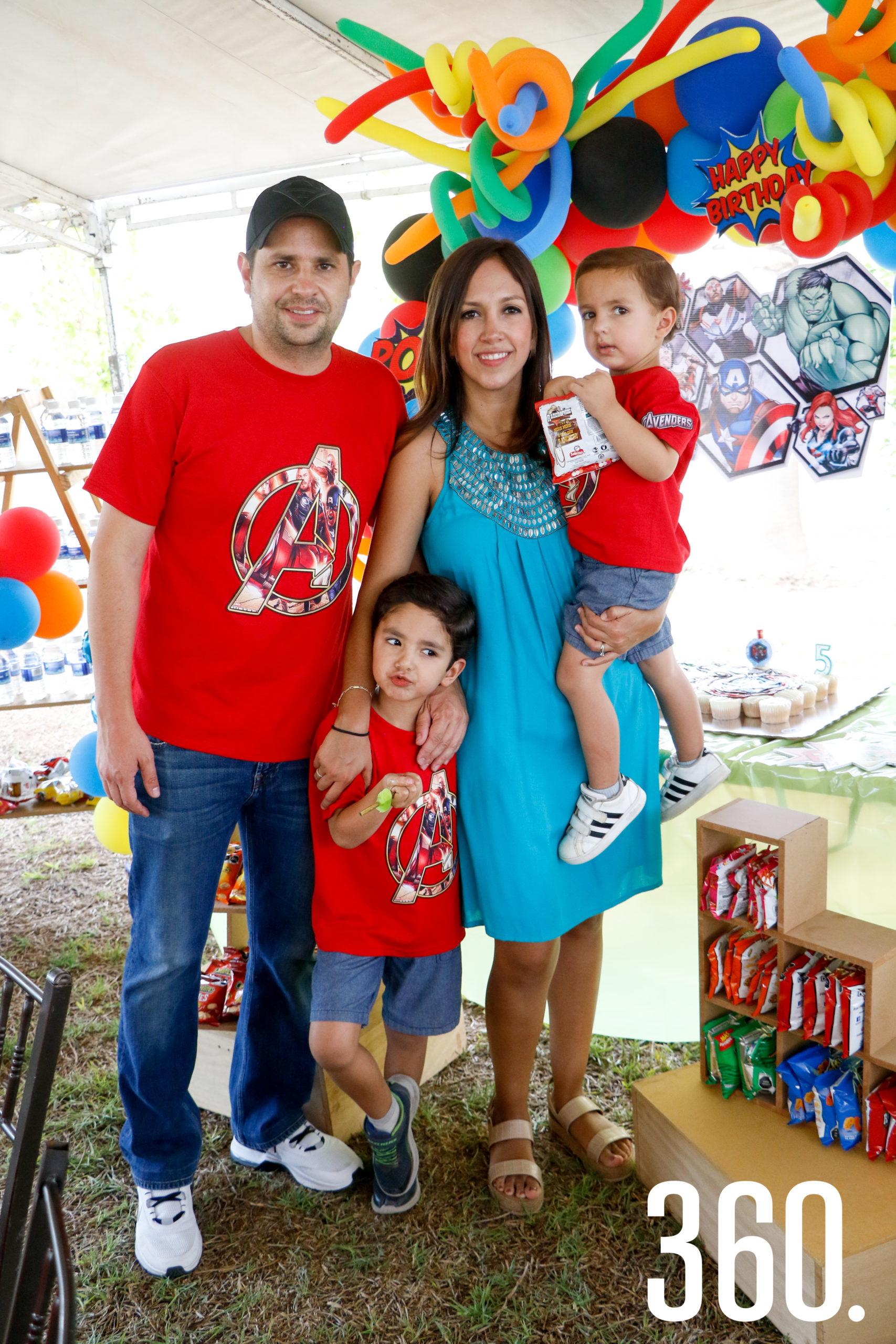 Rodrigo y Eduardo Díaz, con sus padres, Julieta Aburto y Rodrigo Díaz.