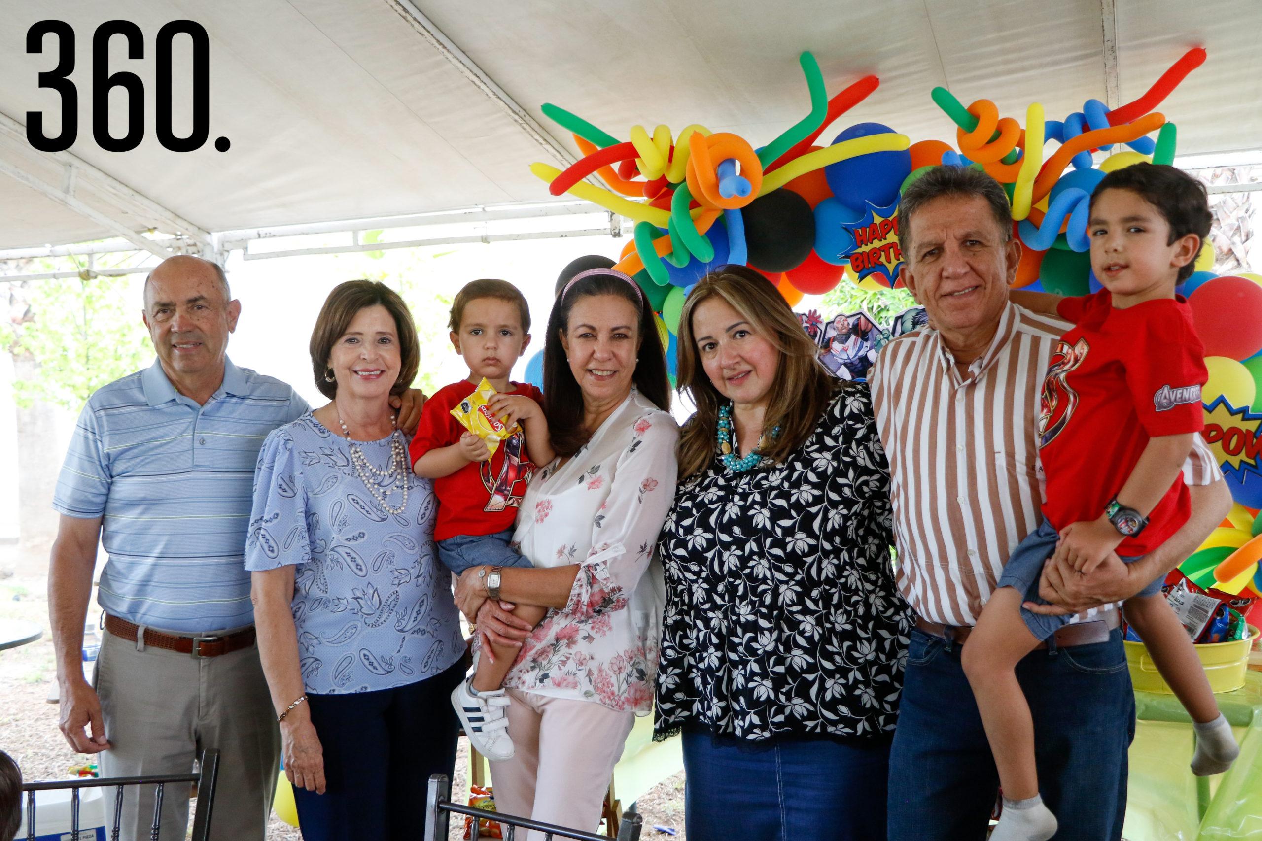 Los festejados con Javier Díaz, Catalina González, Evelyn Aburto, Julieta Torres y Eduardo Aburto.