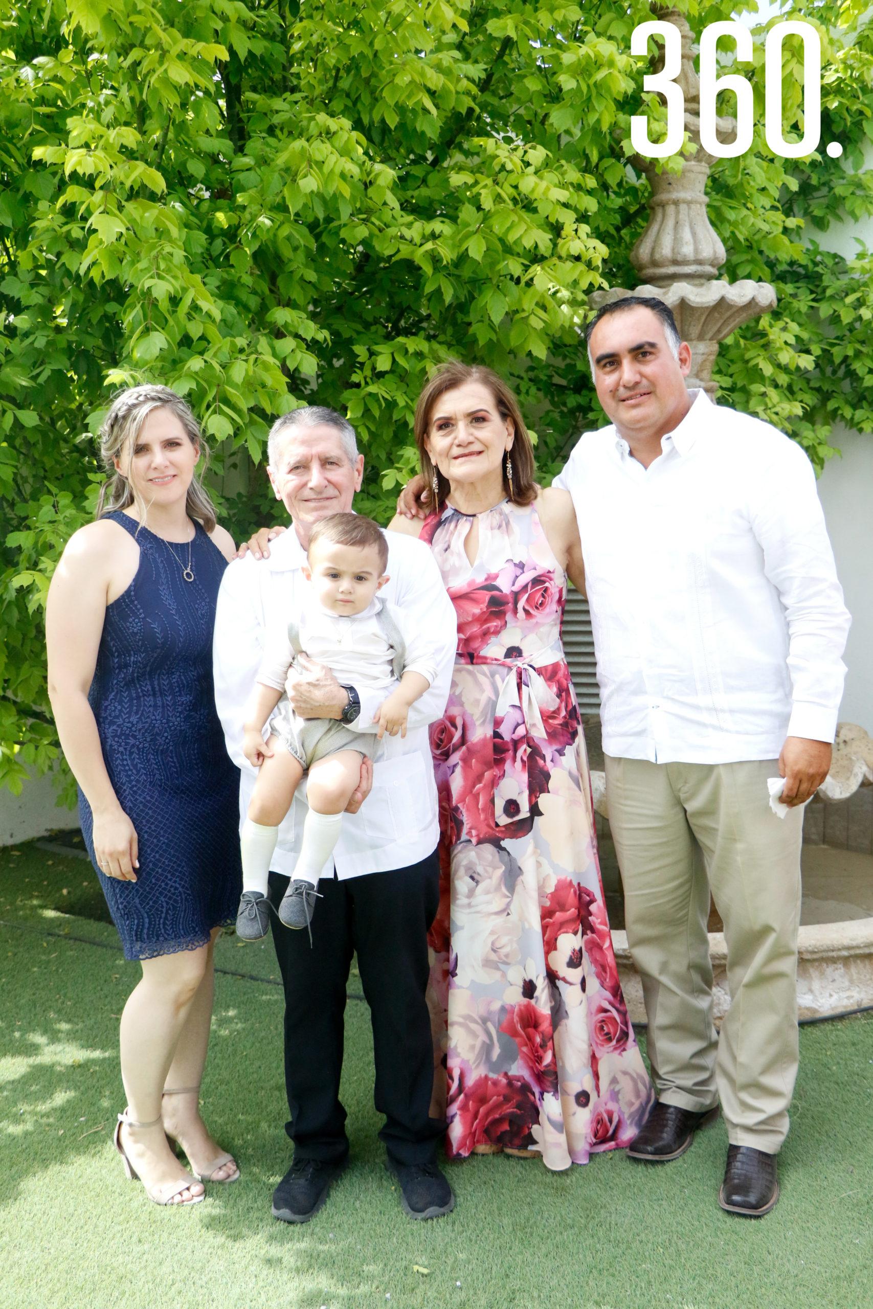 Mayra de Figueroa, Baudel Hinojosa, Jesús Pedro, Alma Fuentes y Jesús Figueroa.