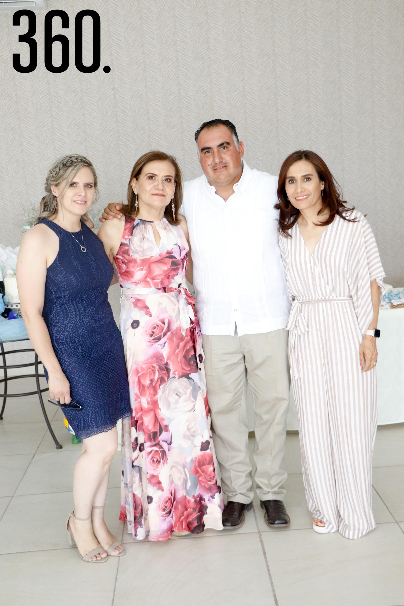Mayra de Figueroa, Alma Fuentes, Jesús Figueroa y Lorena Figueroa.