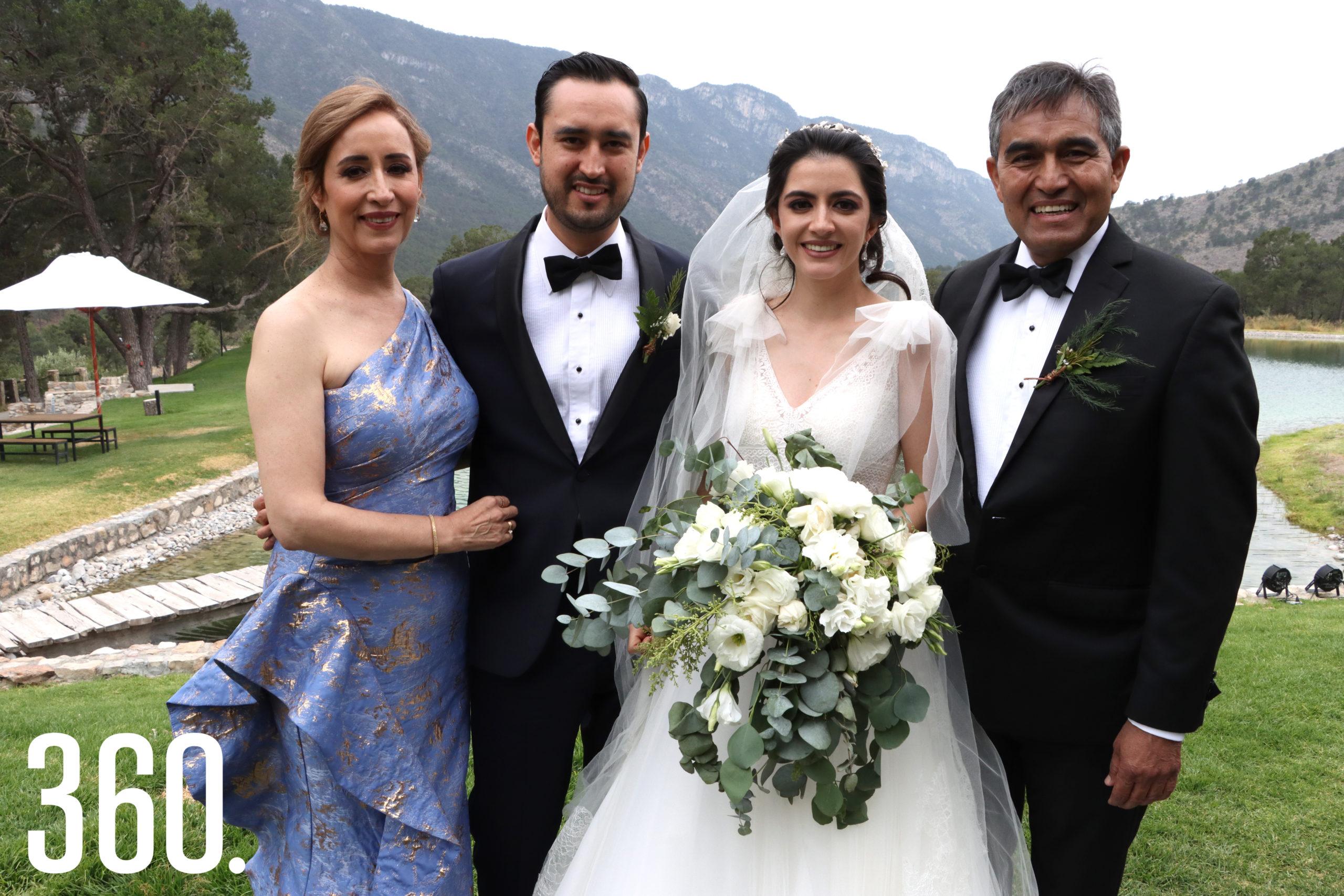 Deyanira Morales y Mario Saldaña López con los novios.
