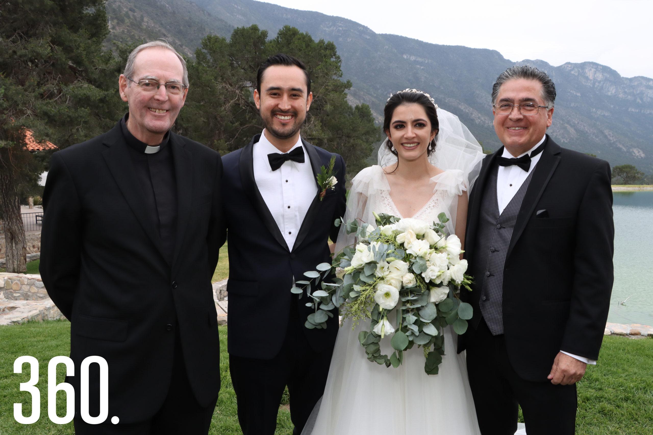 Andrea y Mario acompañados por el padre James McKena y Jesús Elizondo, padre de la novia.