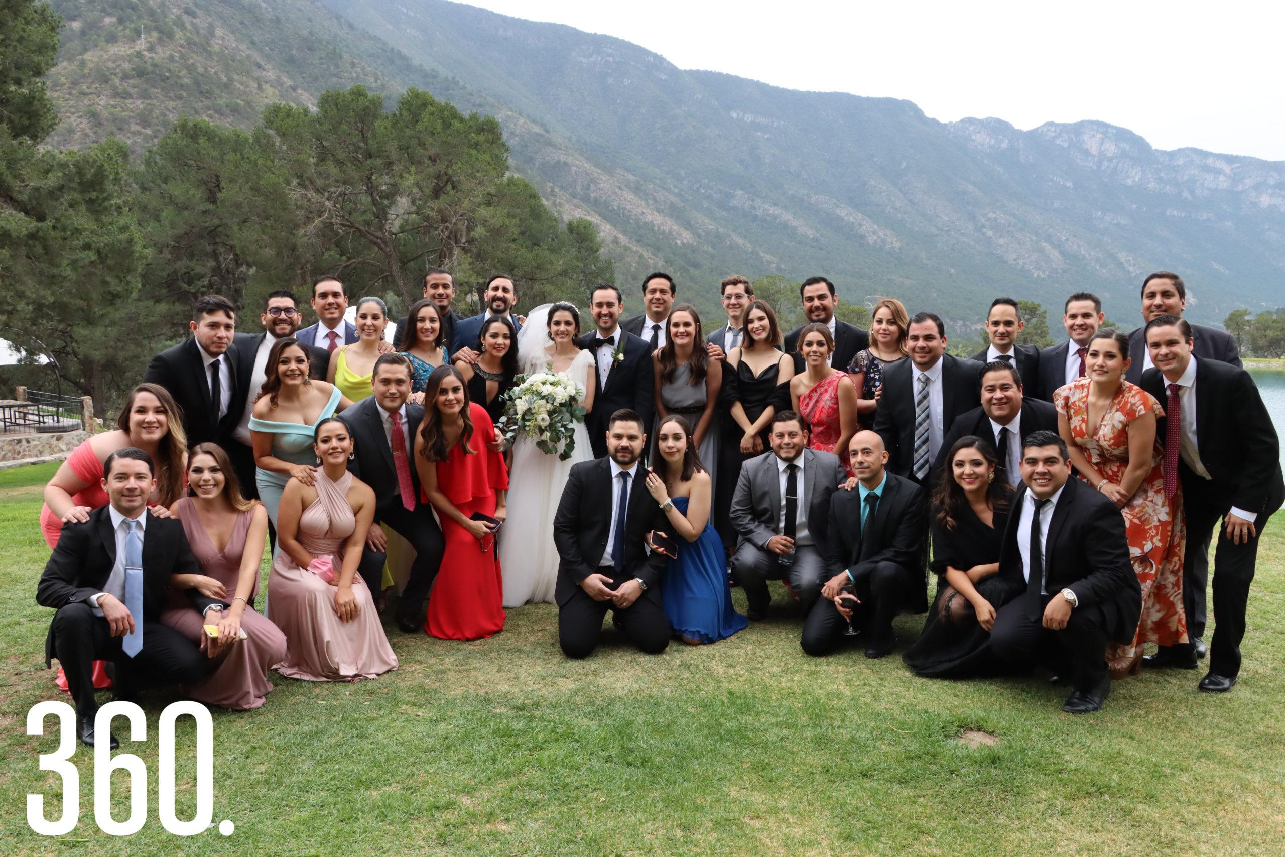 El recién formado matrimonio Saldaña Elizondo compartió su felicidad con sus mejores amigos.