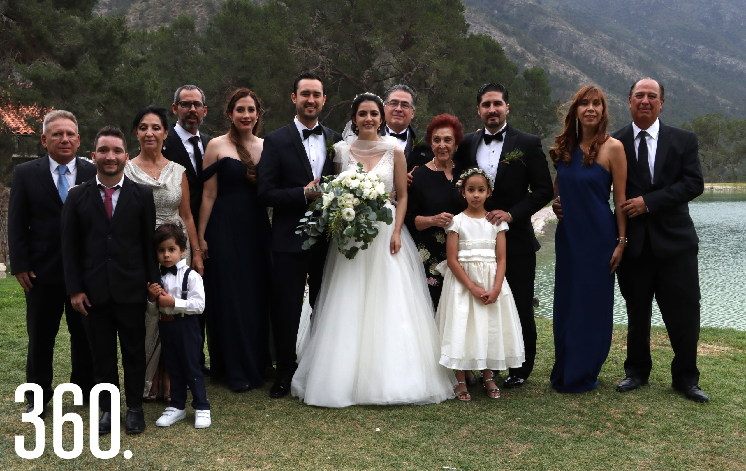Andrea y Mario acompañados por la familia de la novia.