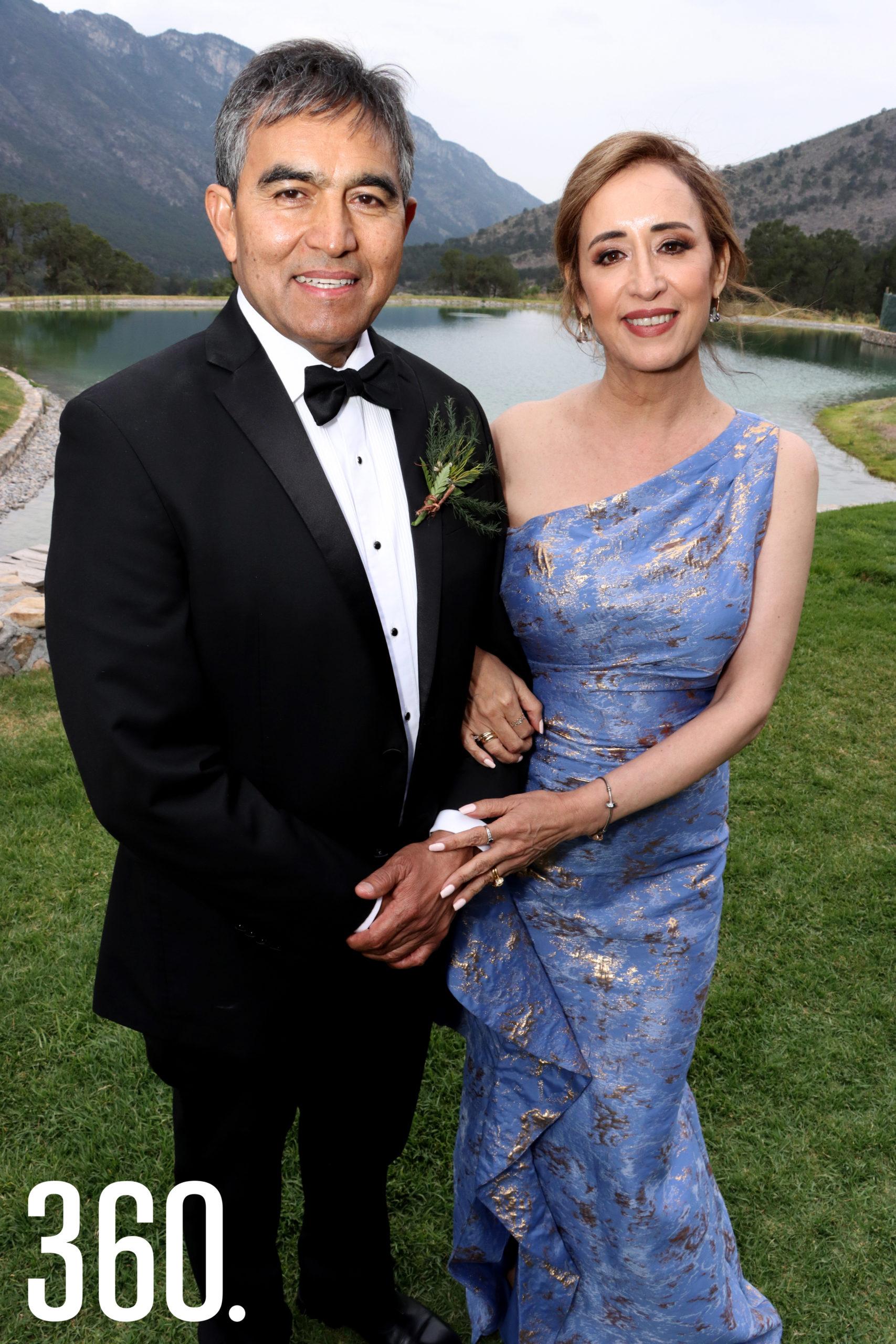 Mario Saldaña y Deyanira Morales, padres del novio.