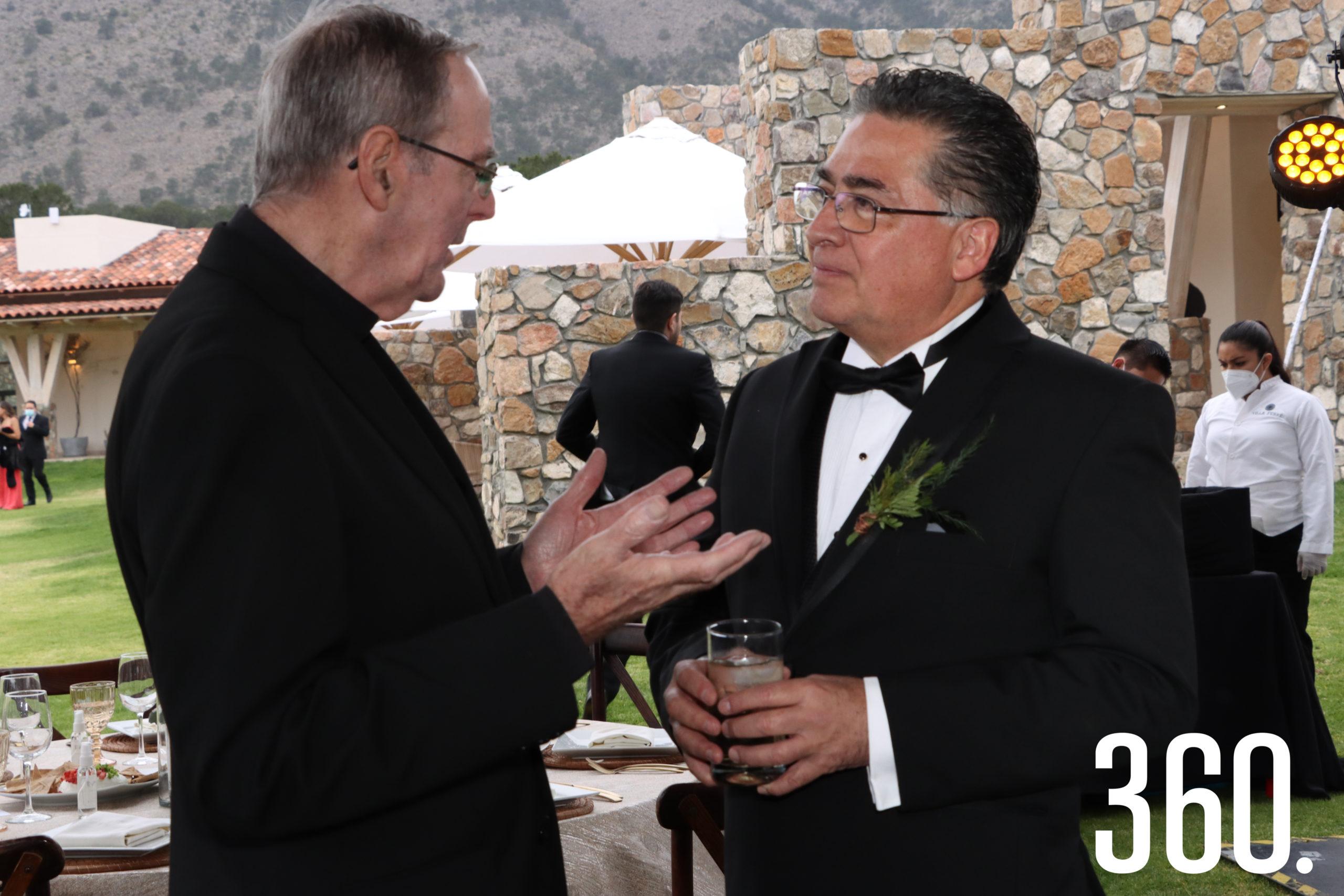 El padre James McKena charló con Jesús Elizondo, padre de la novia.