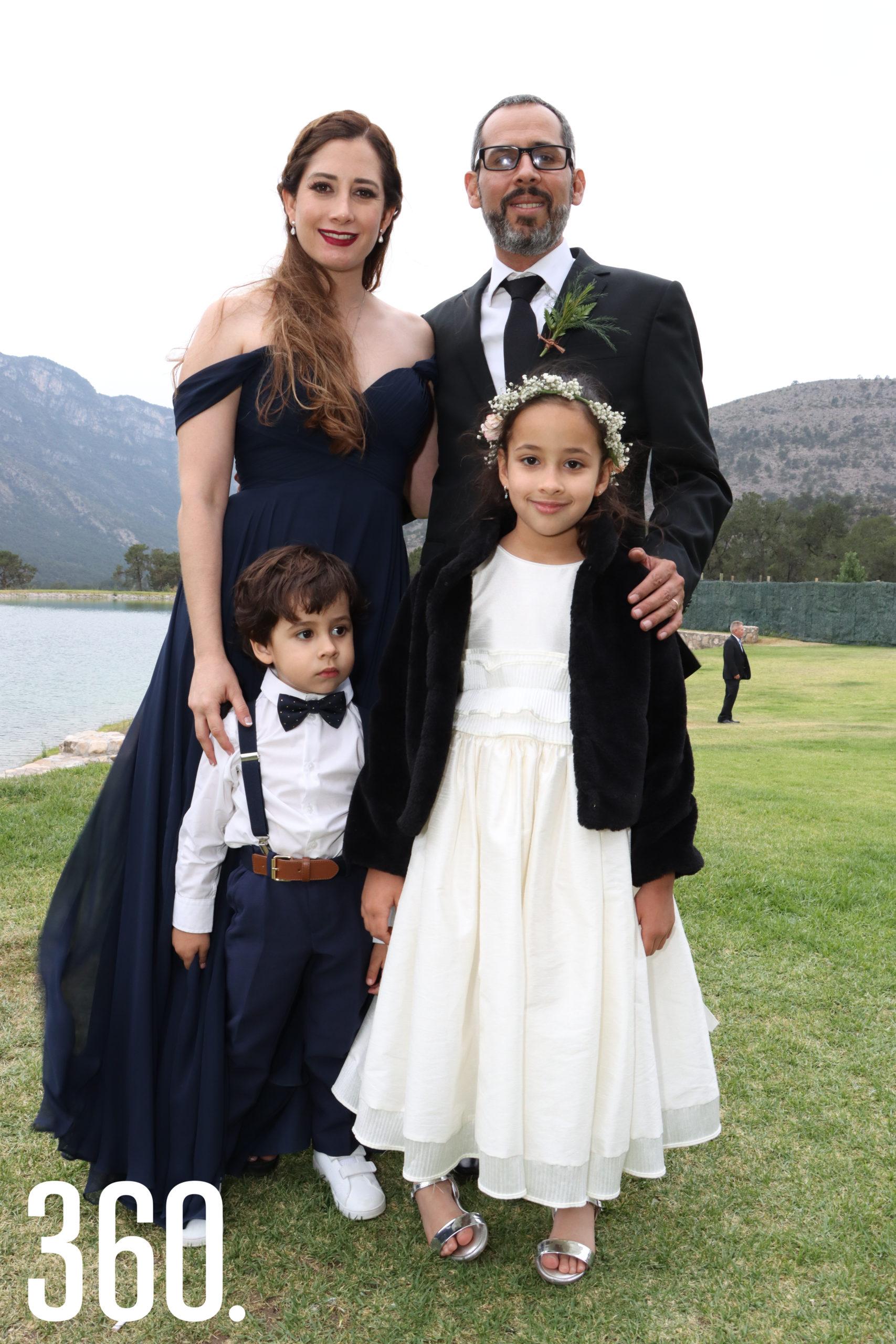 Tammy Elizondo y Rogelio Guajardo con sus hijos, Rogelio y Tammy, fueron los padrinos de arras.