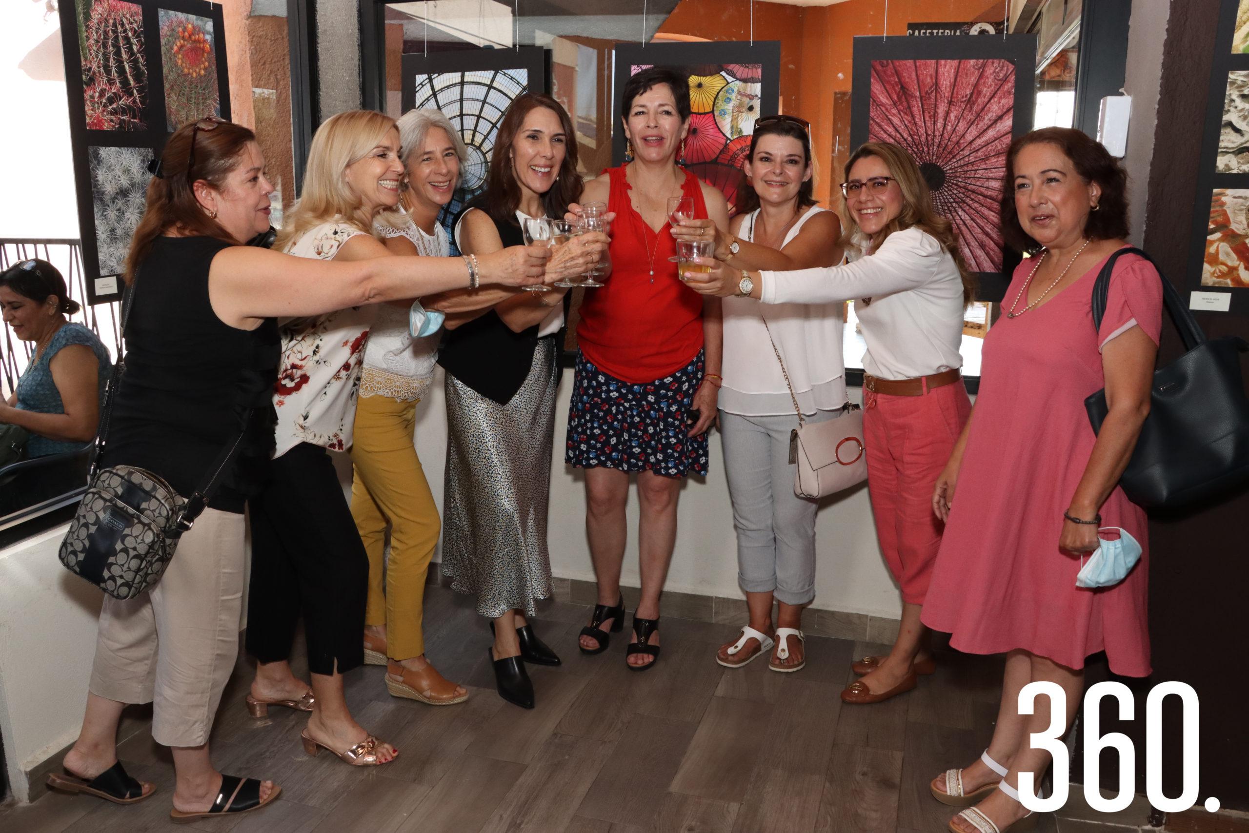 Claudia Aponte brindó con sus amigas, Carolina de Carabaza, Edurne Oronoz, Catalina Sevilla, Andrea Rodríguez, Silvia López, María Fernanda Feria y Maricela Ramos.
