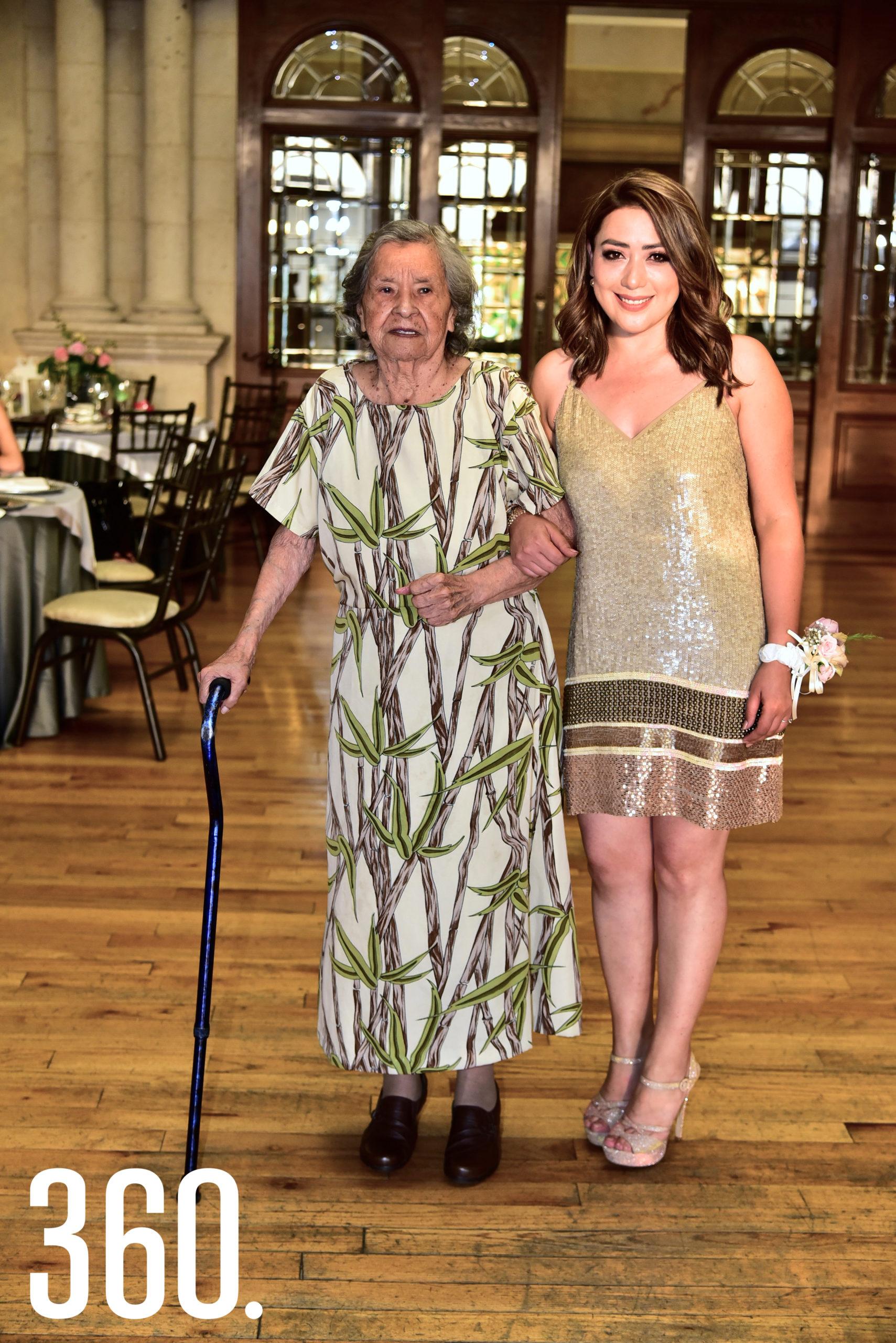 Diana Mendoza con su abuelita, Guillermina Farías de Mendoza.