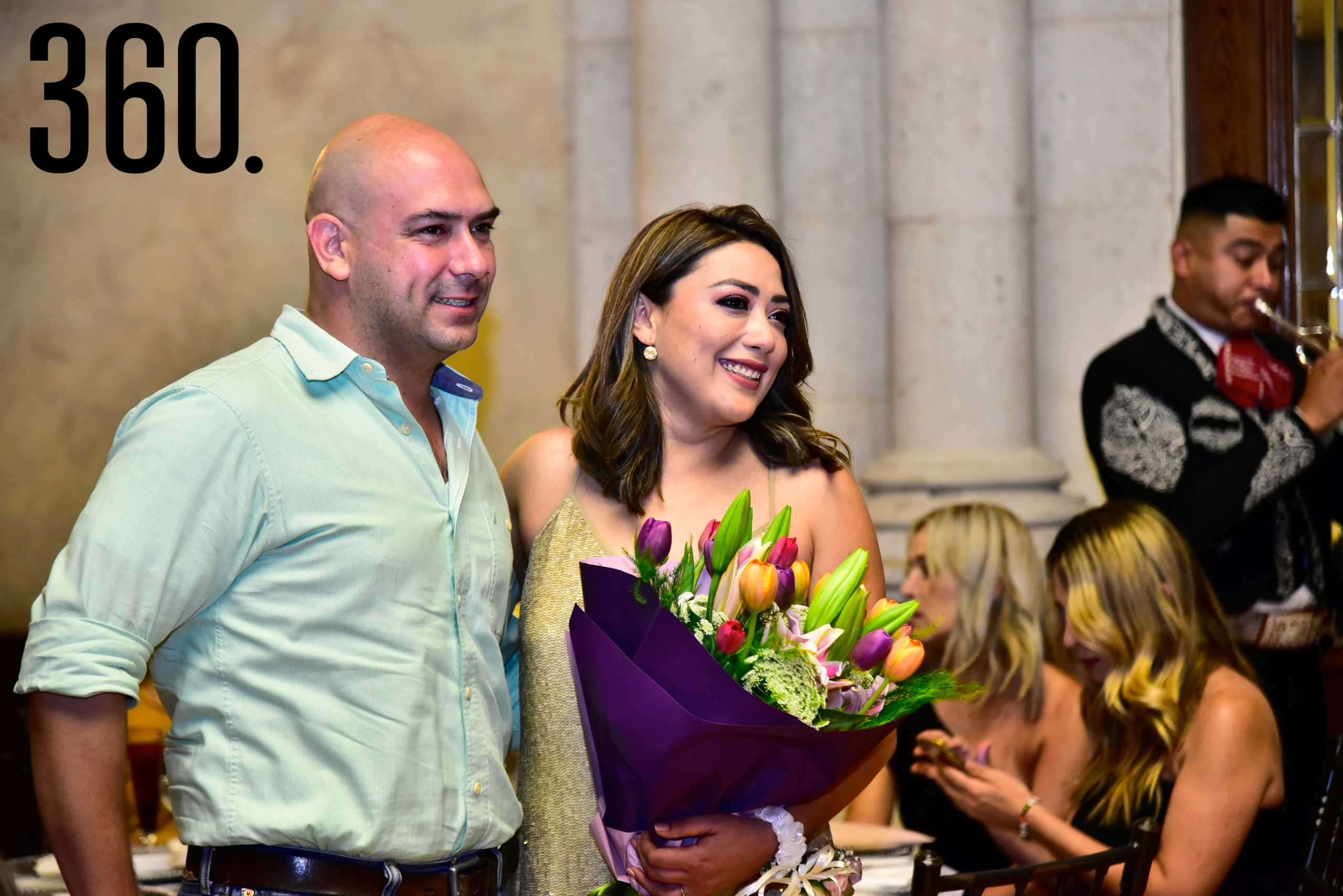 Diana Mendoza con su prometido.