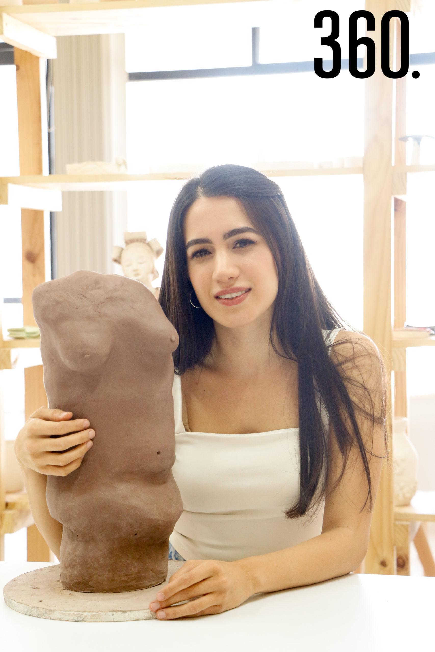 Actualmente trabaja en una serie de esculturas de cuerpos abstractos de mujeres.