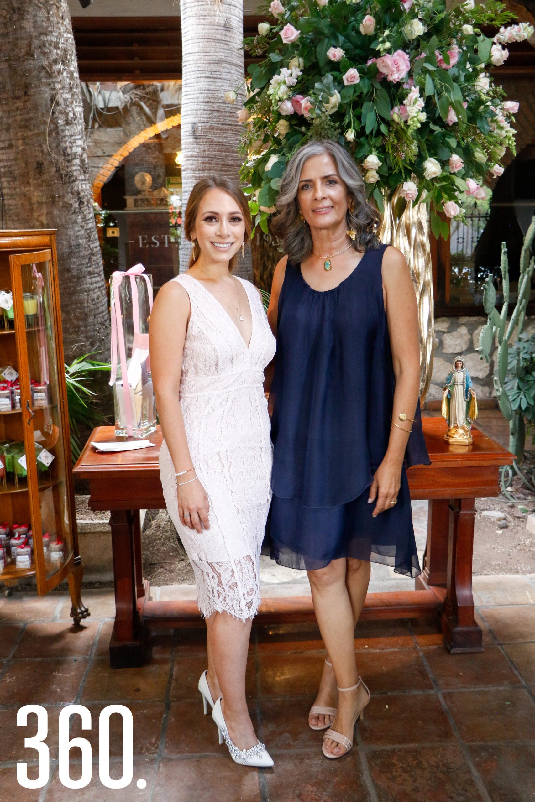 Alina con su suegra, Cilia Concha de Prado.