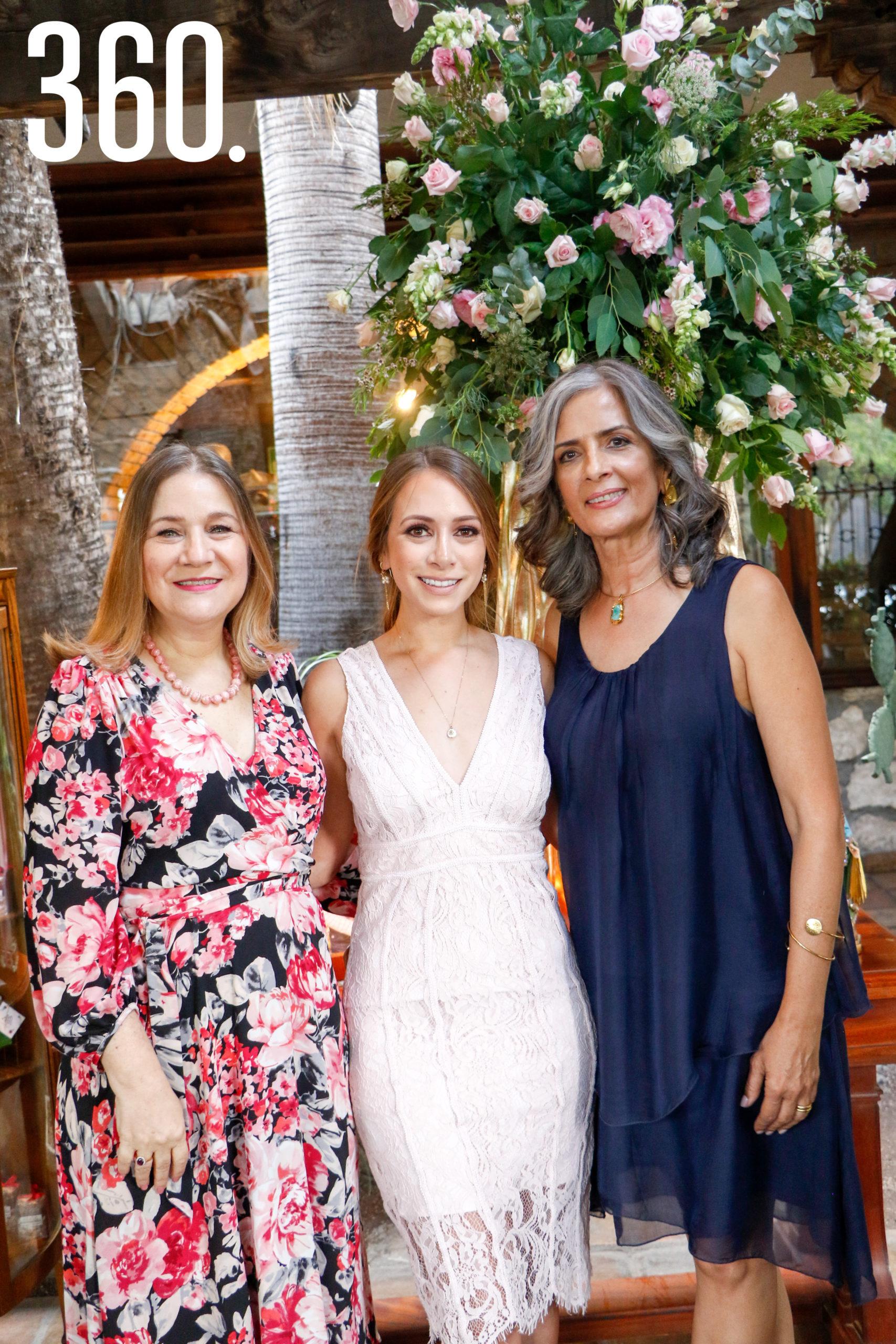 Alina con su madre y su suegra, Hilda Richer de Castillo y Cilia Concha de Prado.