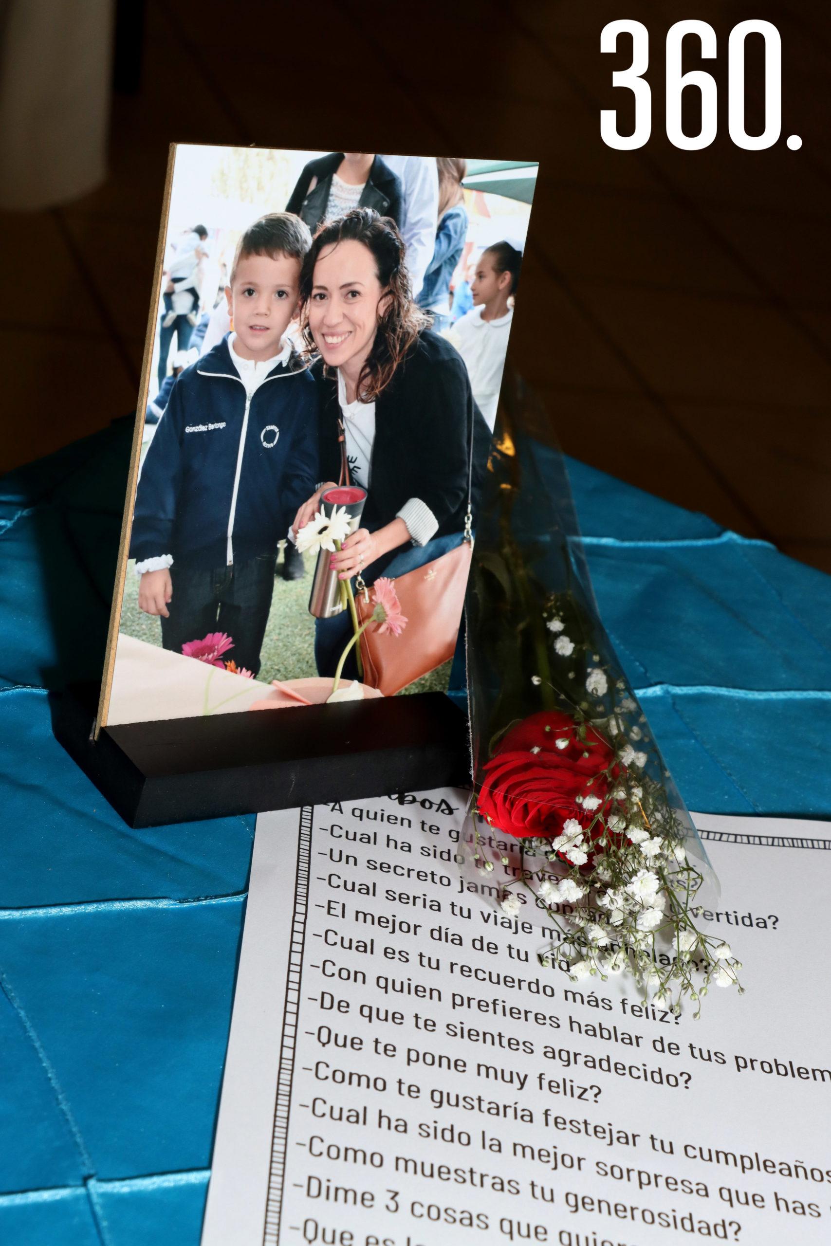 Una fotografía y una rosa regaló cada niño a su mamá.