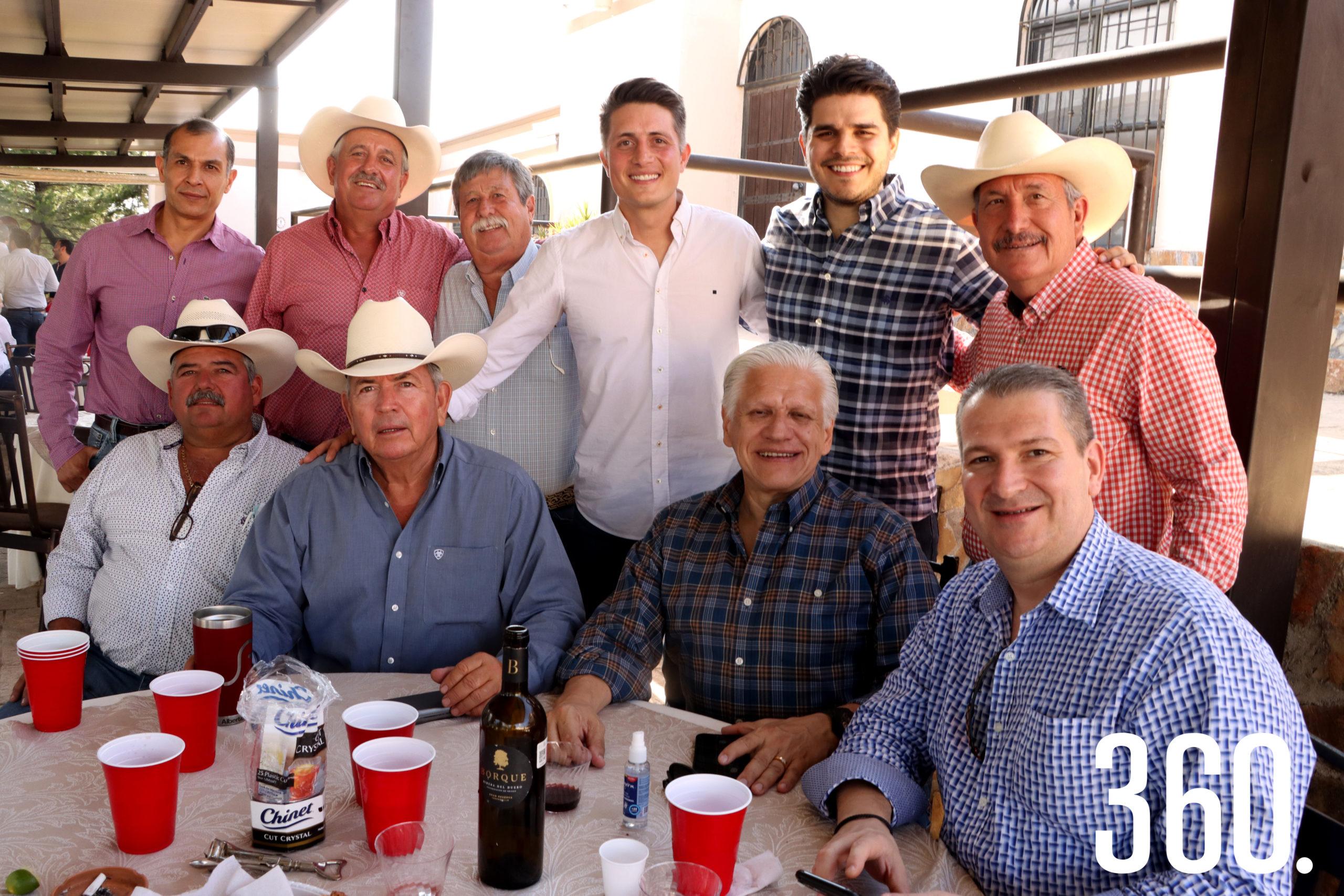 El festejado acompañado por su papá, Alberto Prado Delgado, su suegro, Enrique Castillo, y amigos de su papá.