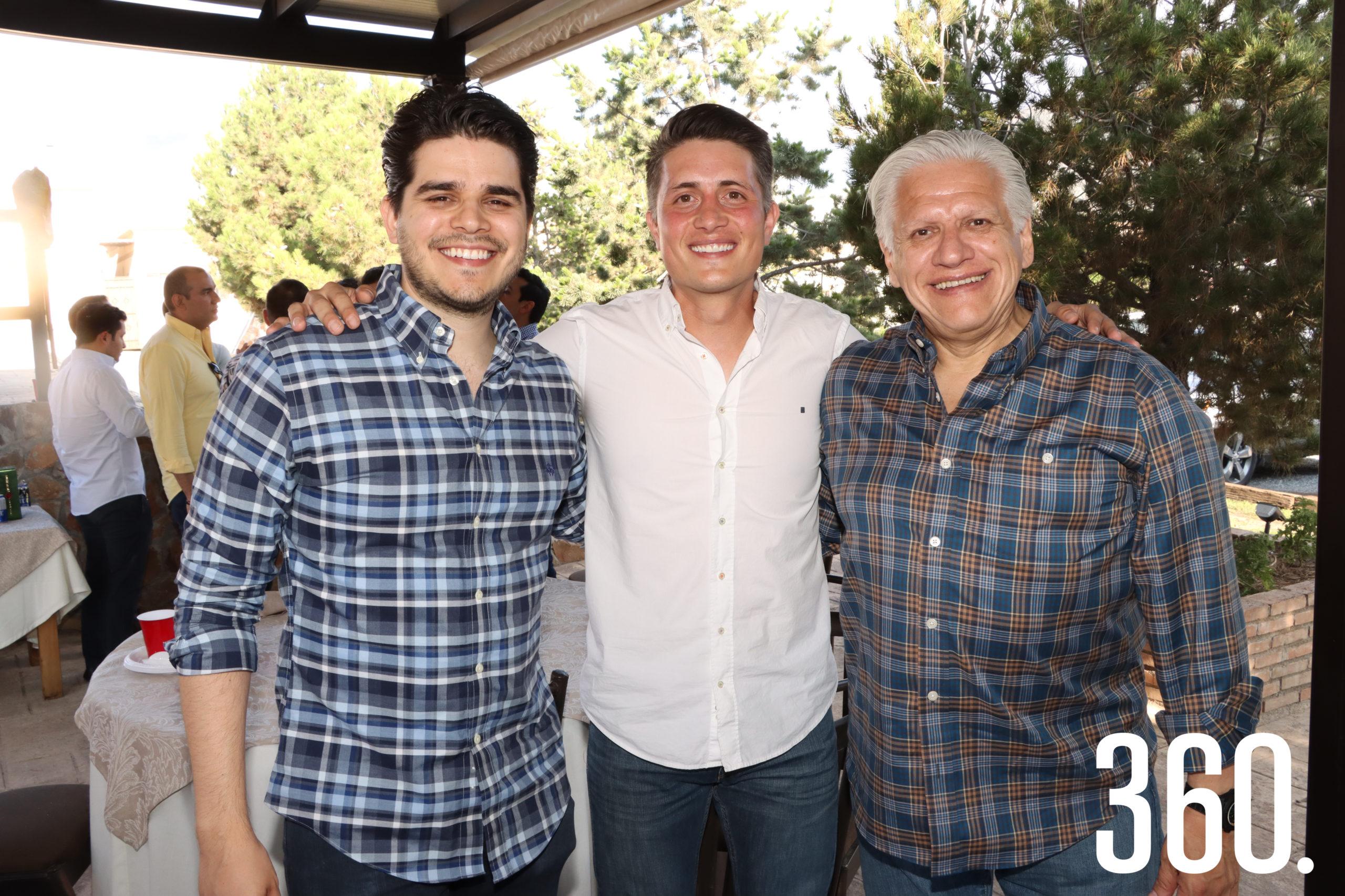 Diego y Enrique Castillo, hermano y padre de la novia, acompañaron a Alberto Prado en su despedida.