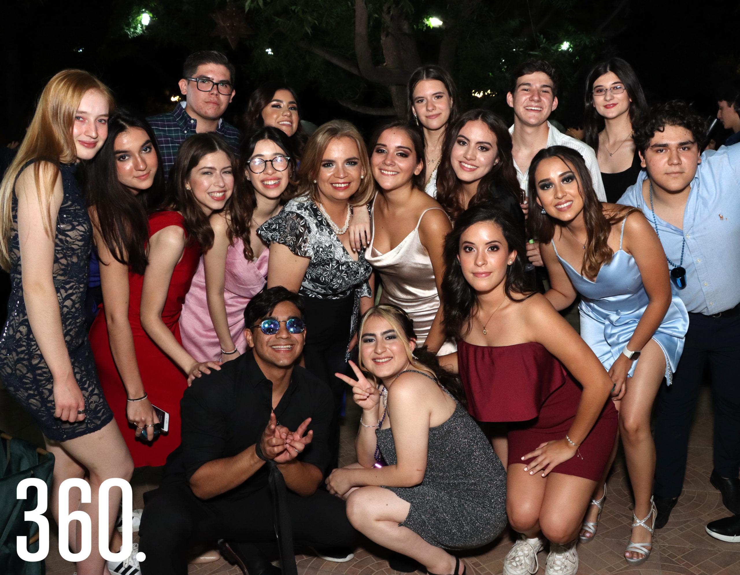 Miss Mónica Martín con algunos integrantes de la V Generación de High School del COLAM.