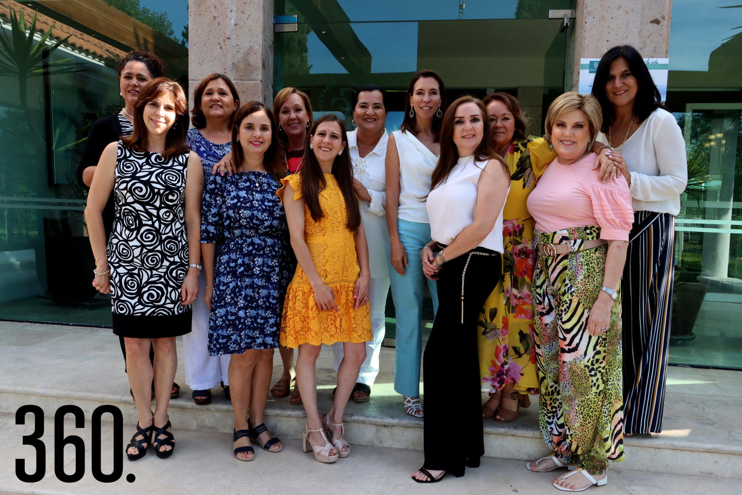 La festejada acompañada por las madres de sus amigas, quienes le organizaron la despedida de soltera.