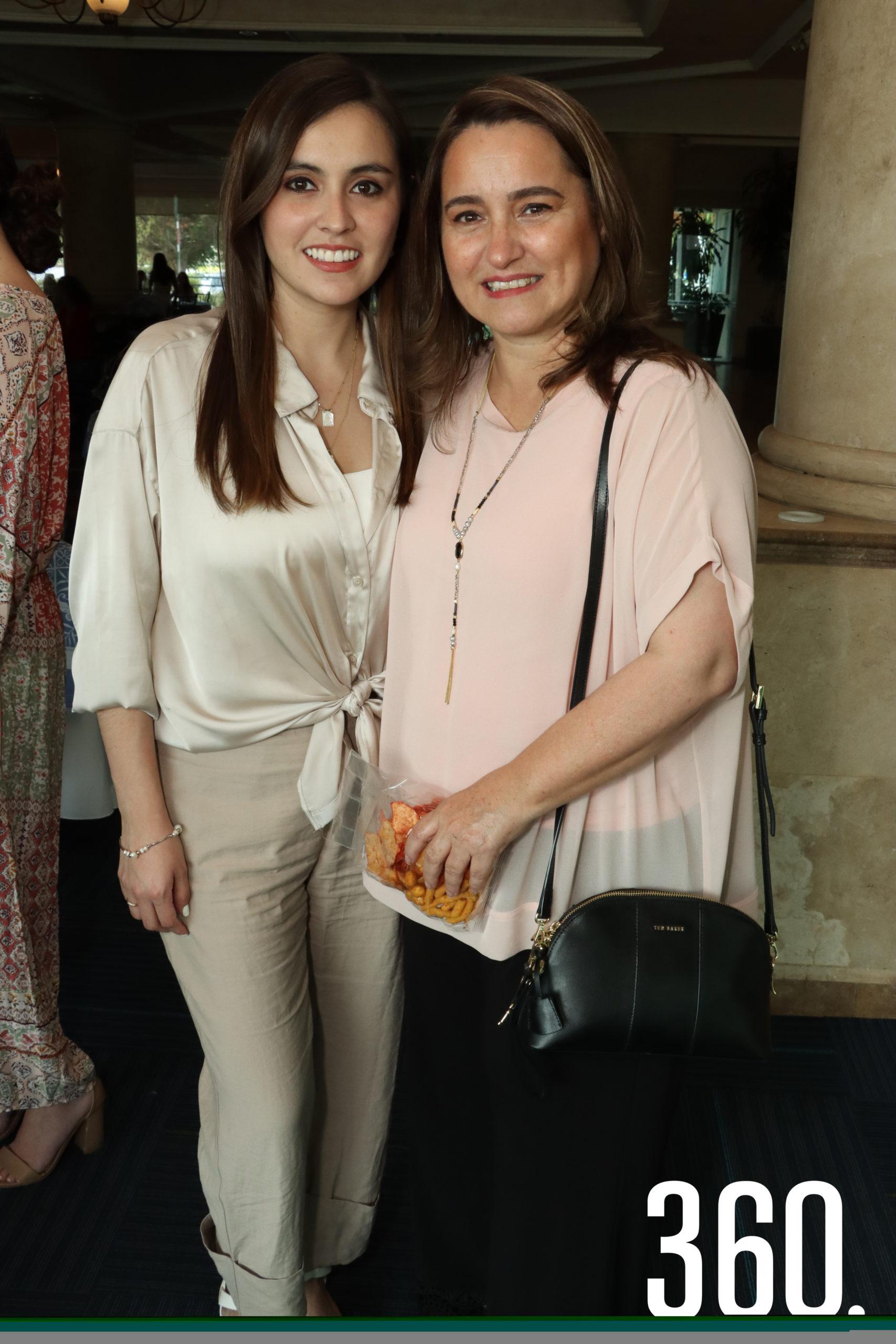 Luisa Dávila con su mamá, Luisa Soto.