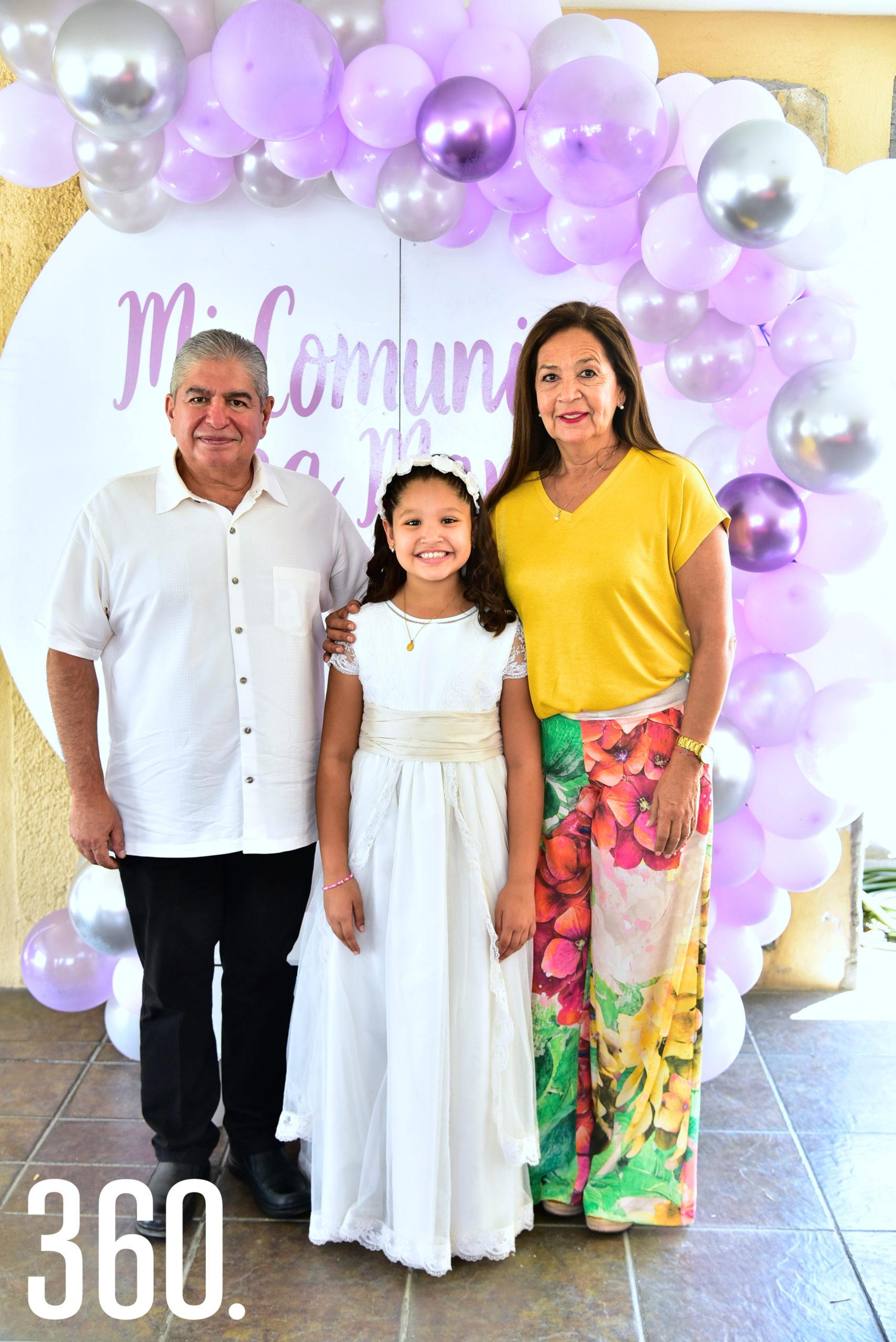Ana María Vigil Cabello acompañada de sus abuelitos, Luis Gerardo Cabello y Mónica Ventura.