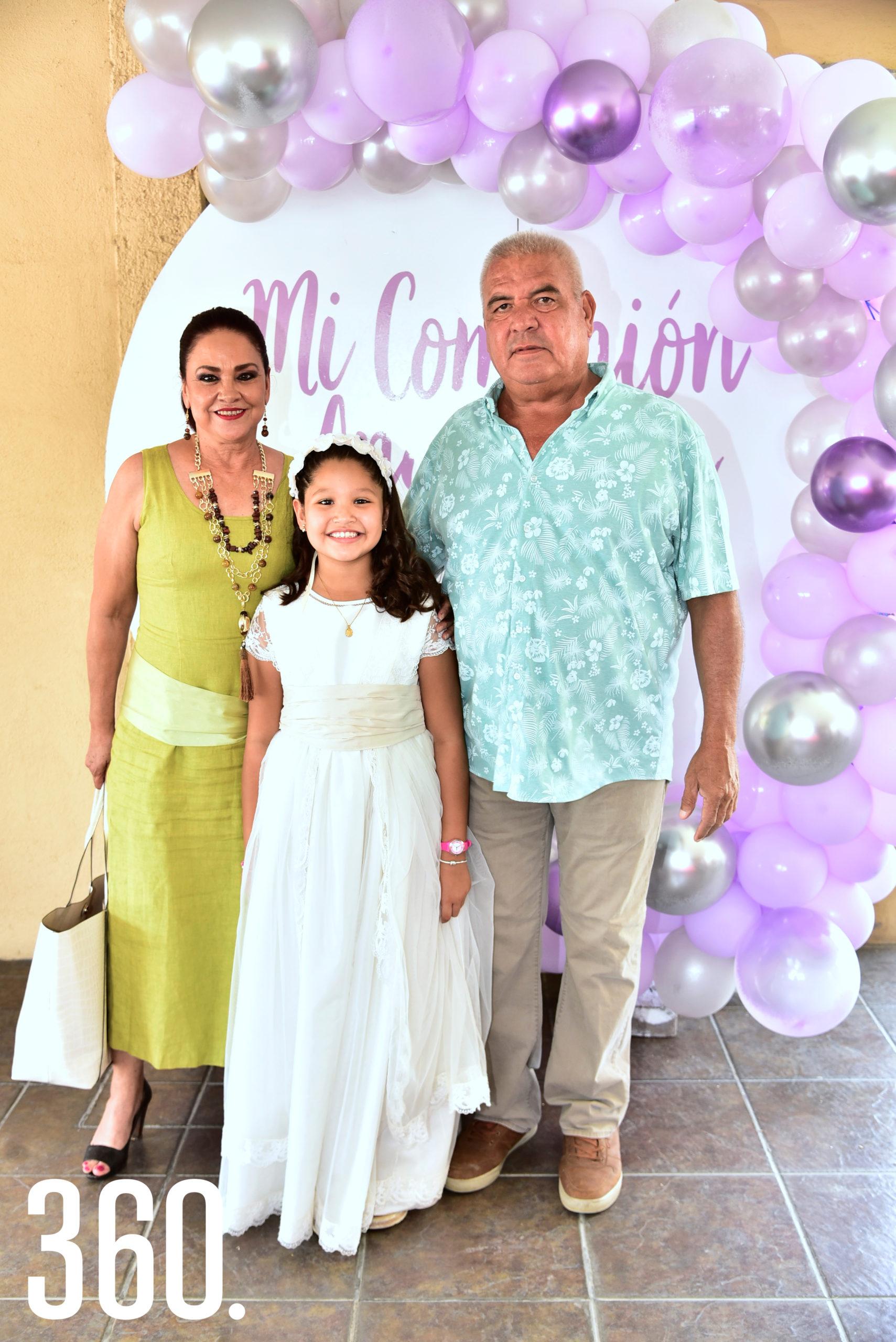 Lourdes González, la festejada y José Antonio Ventura.