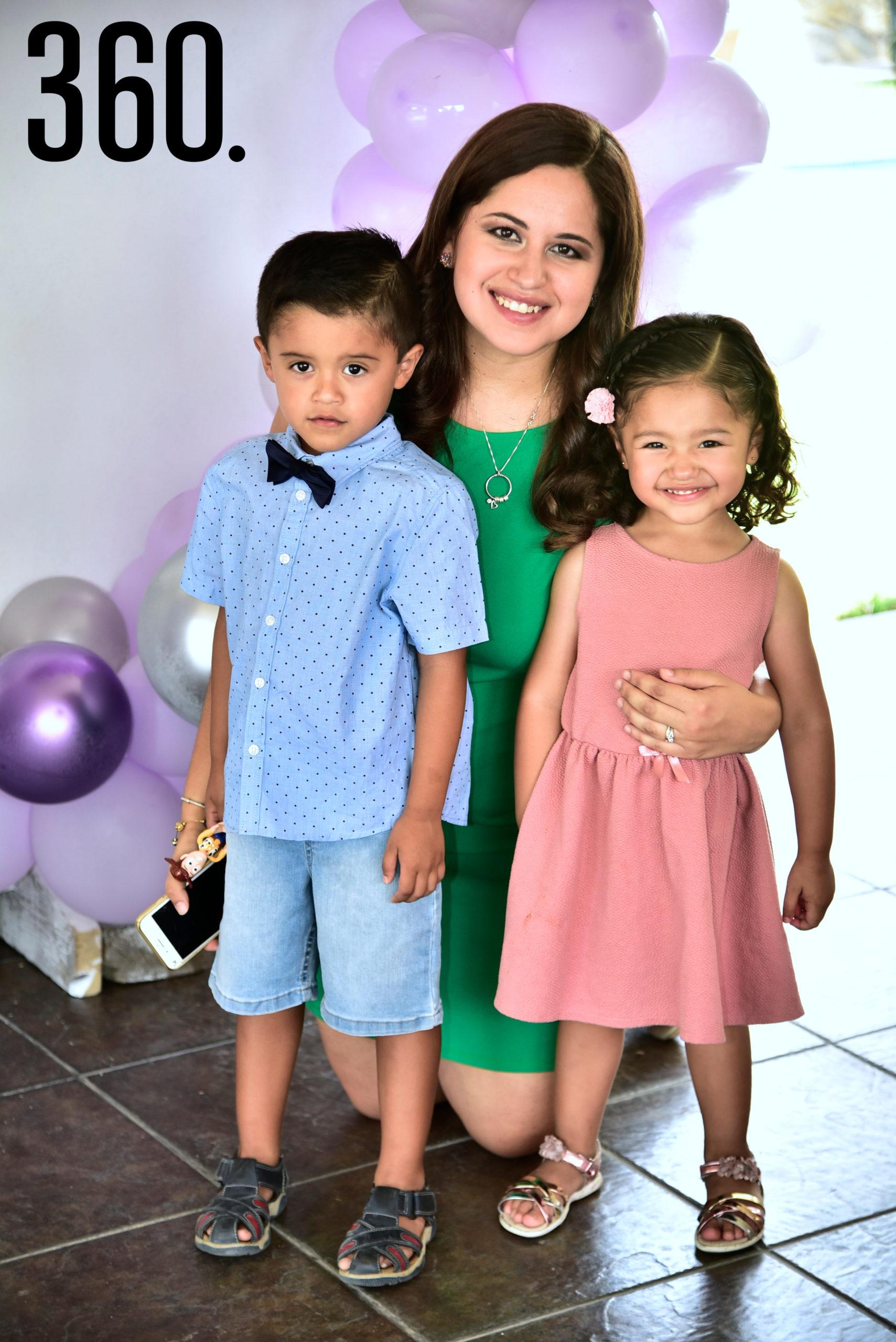 Andrea Cabello con sus hijos, Óscar y Jimena Martínez.