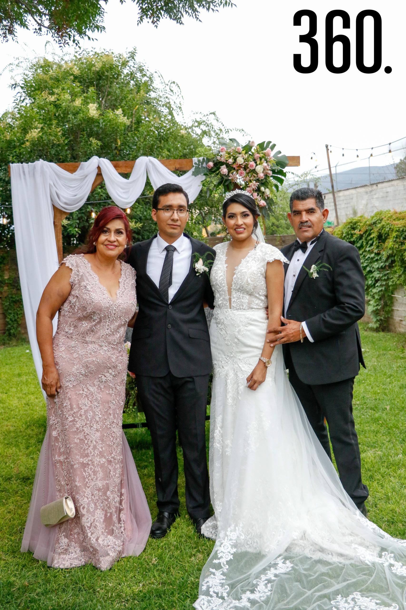 Los novios con María Alma Valdés y Óscar Manuel Valdés, padres de la novia.