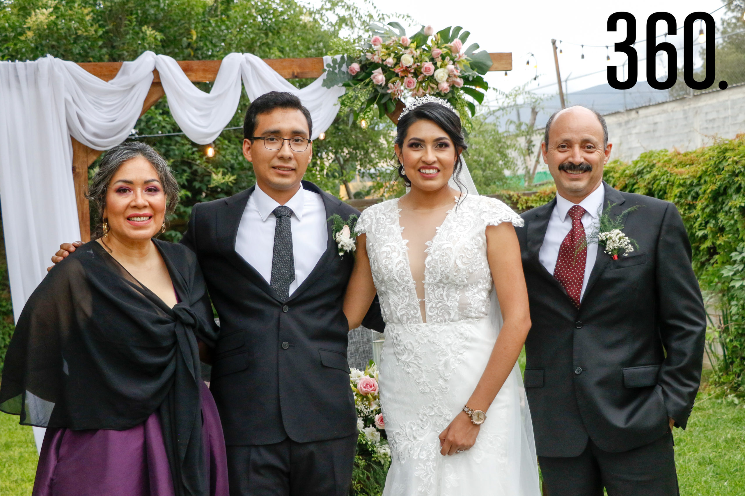 Los novios con Alma Patricia Díaz y Juan Rodríguez, padres del novio.