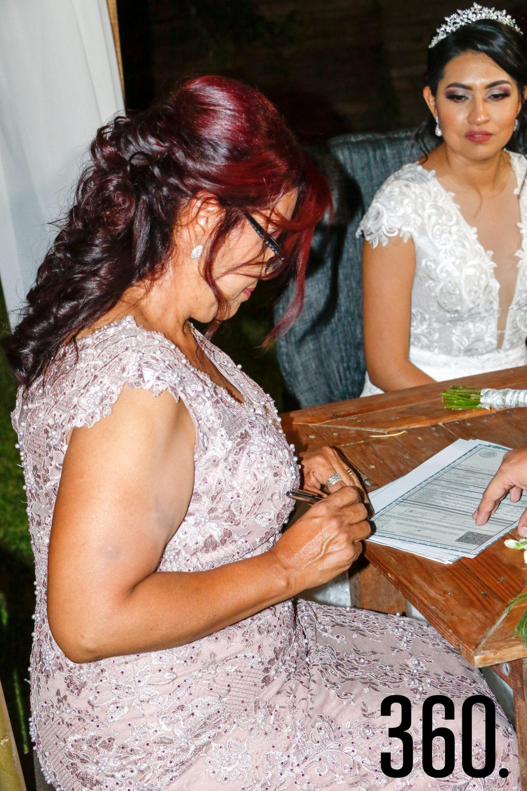 María Alma Valdés firmando.