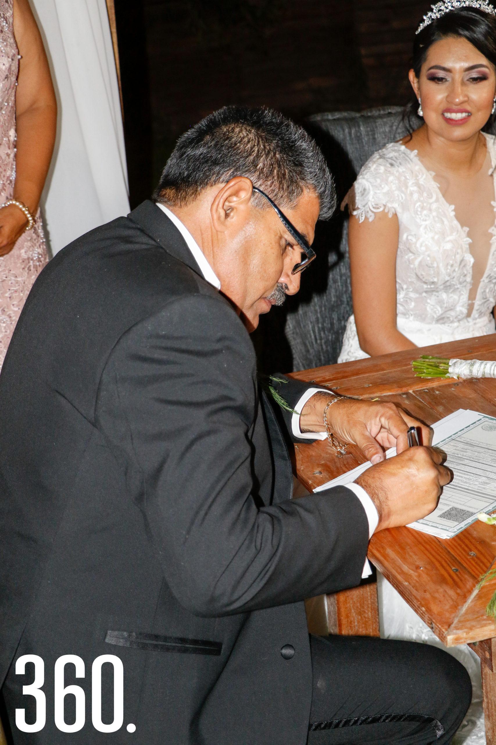 Óscar Manuel Valdés firmando.