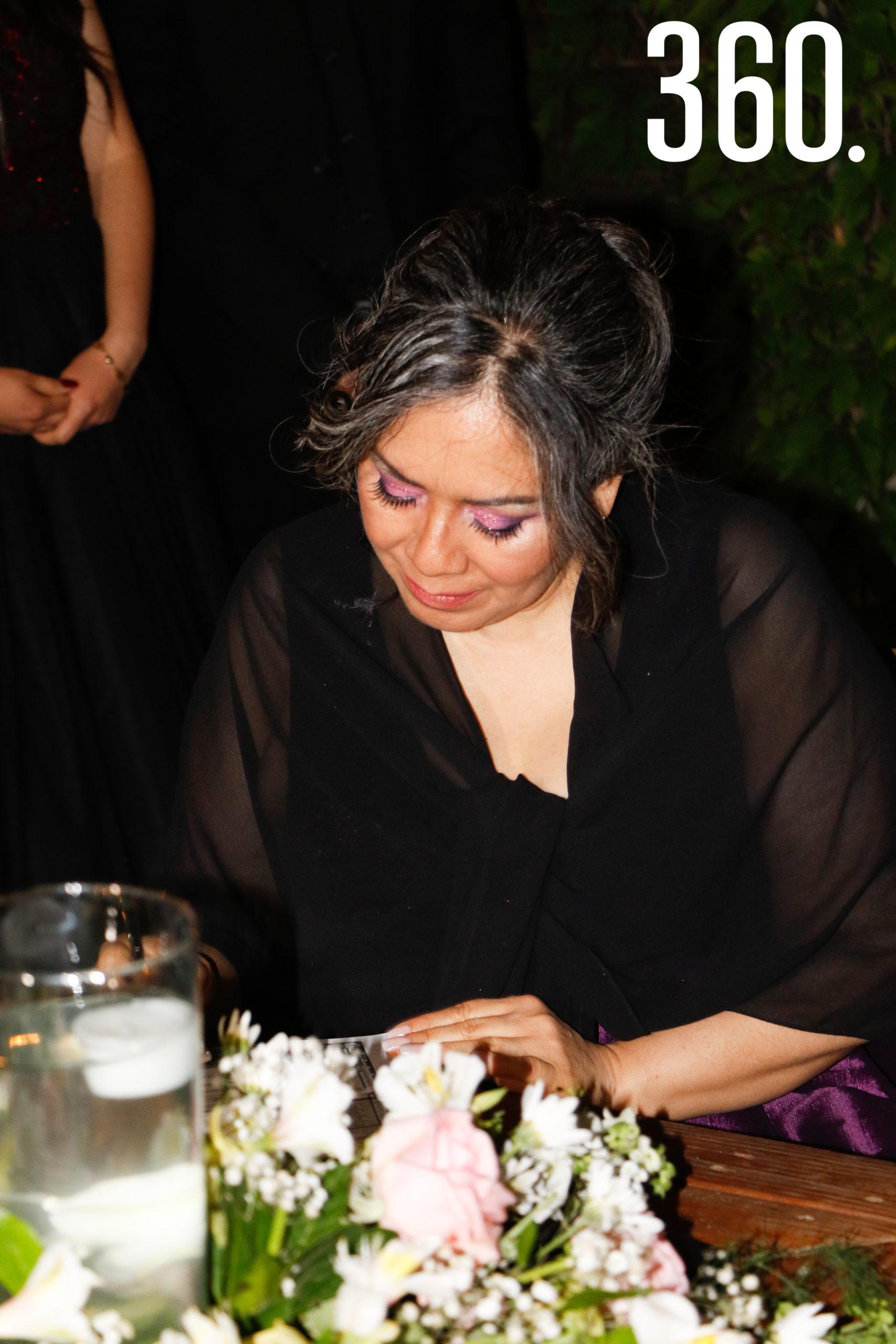 Alma Patricia Díaz firmando.