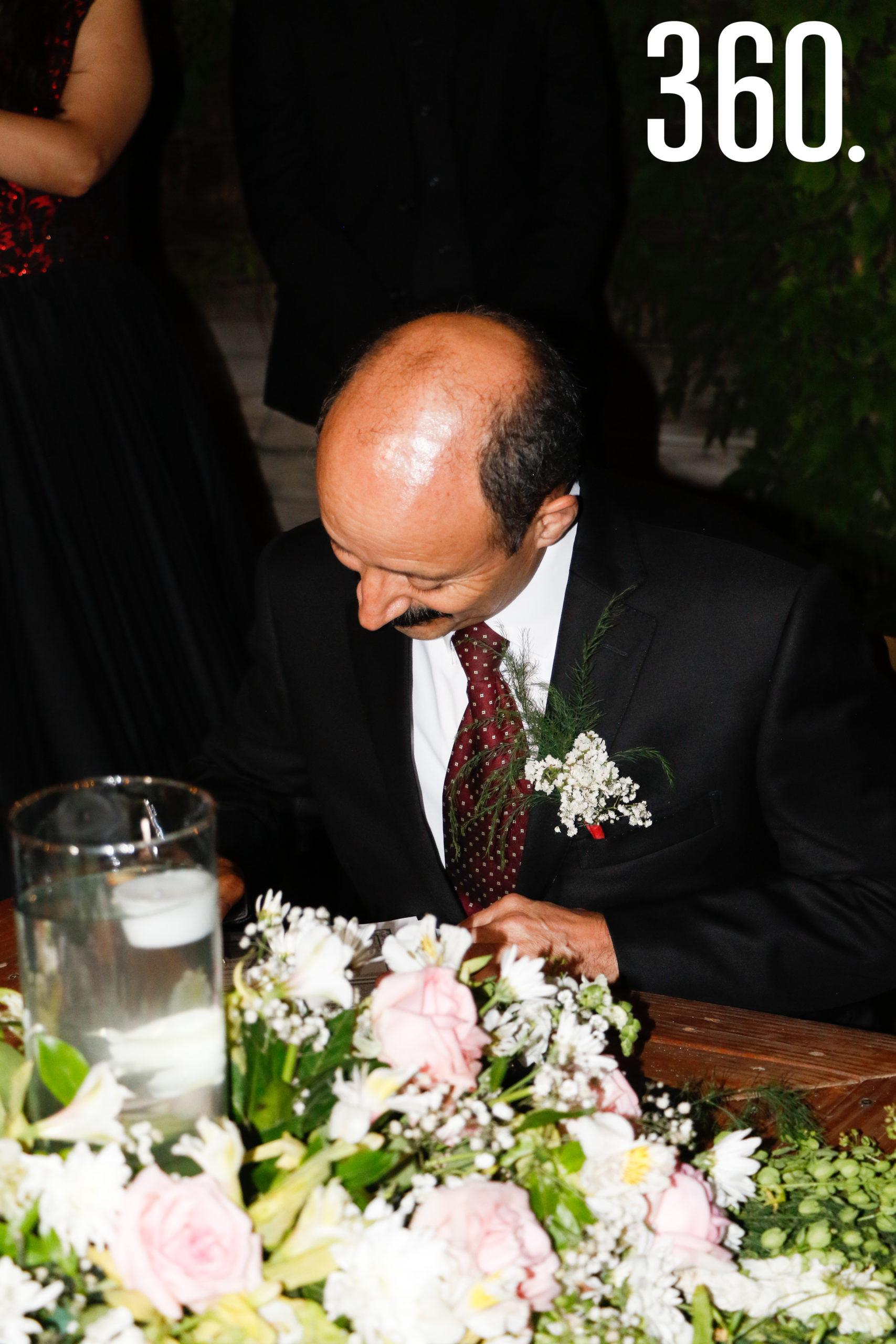 Juan Rodríguez firmando.