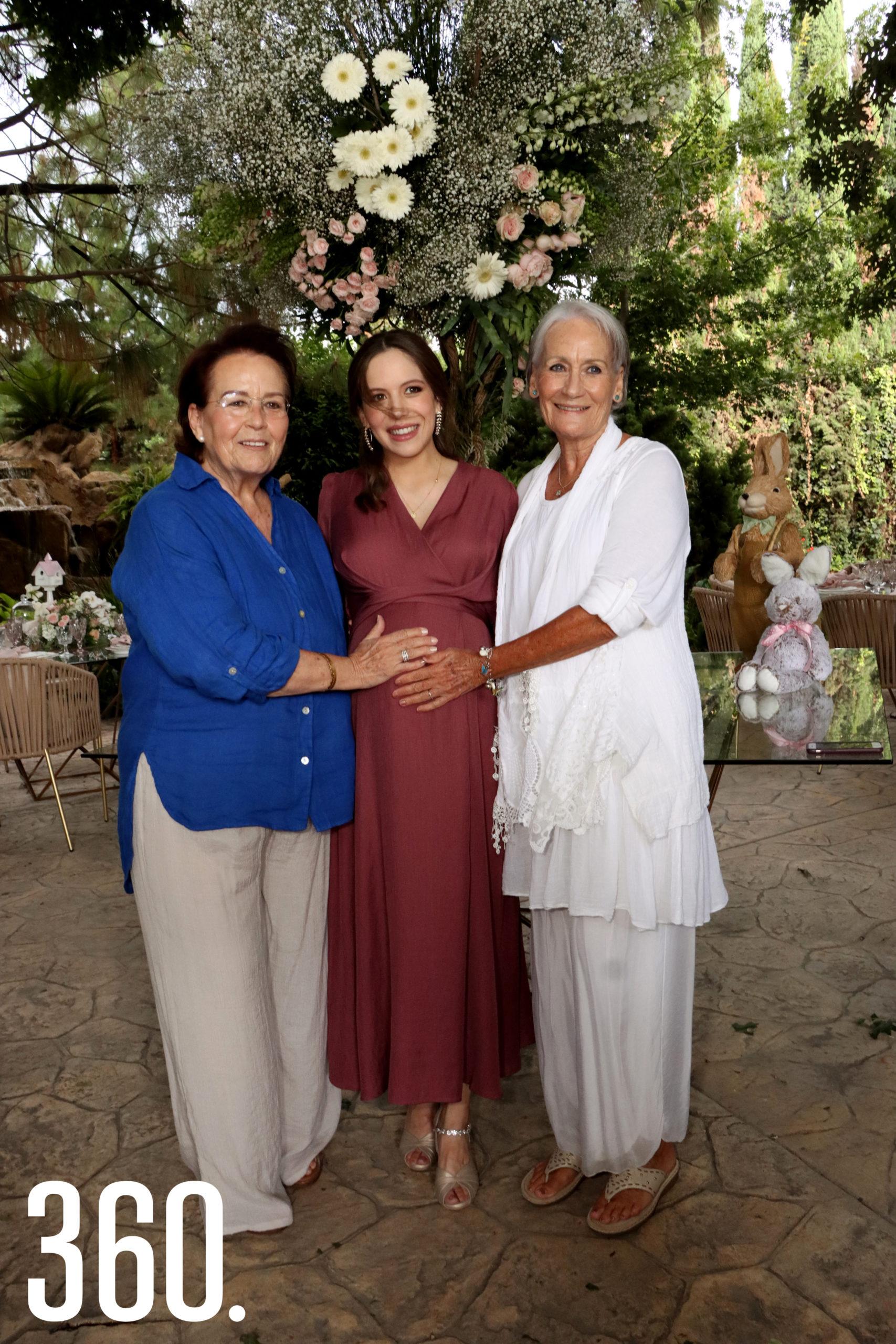Las bisabuelitas, Patricia Narro de Gómez y Laura Narro de Benavides, acompañaron a Natalia Peña de López en su festejo prenatal.
