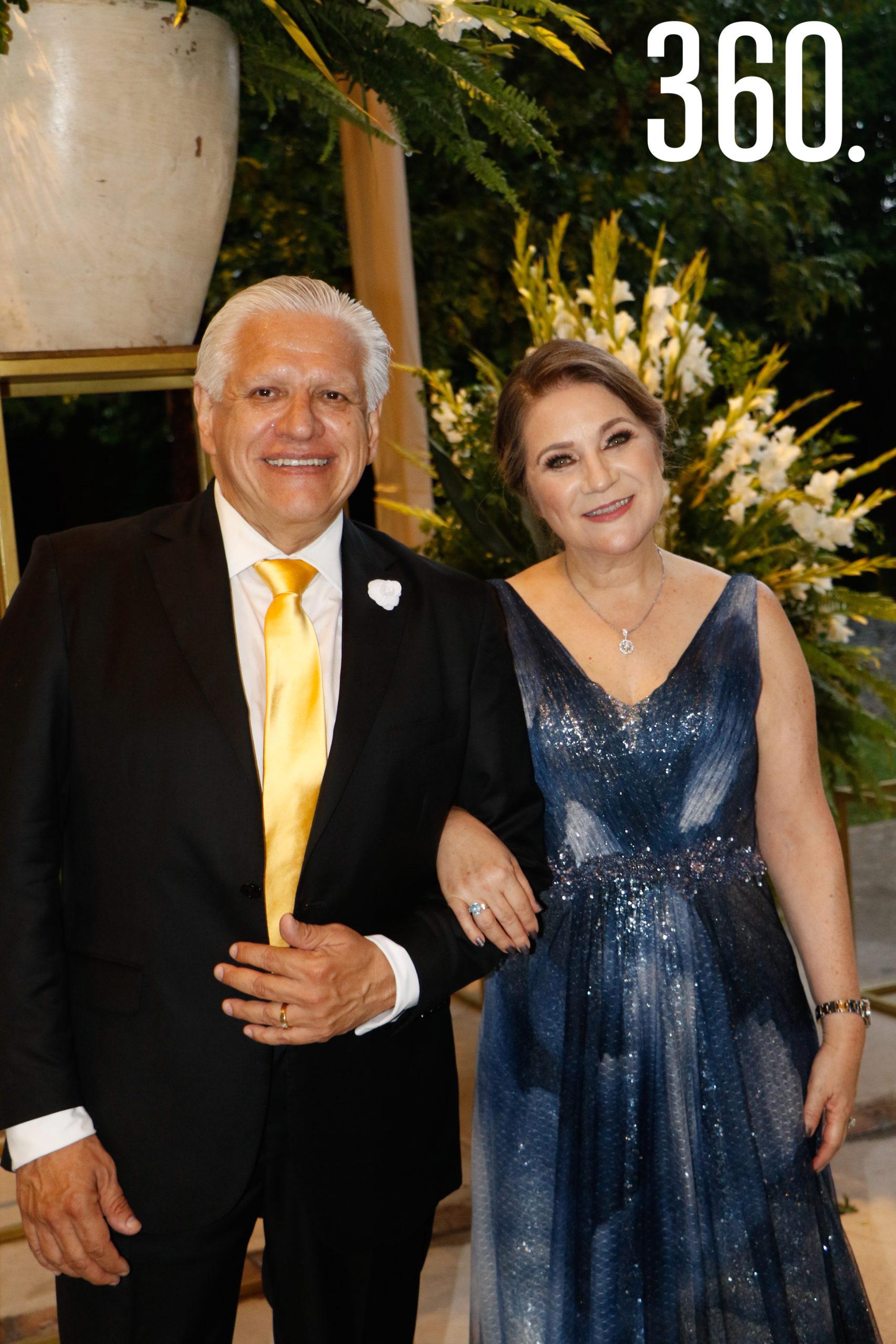 Enrique Castillo e Hilda Richer de Castillo, padres de la novia.