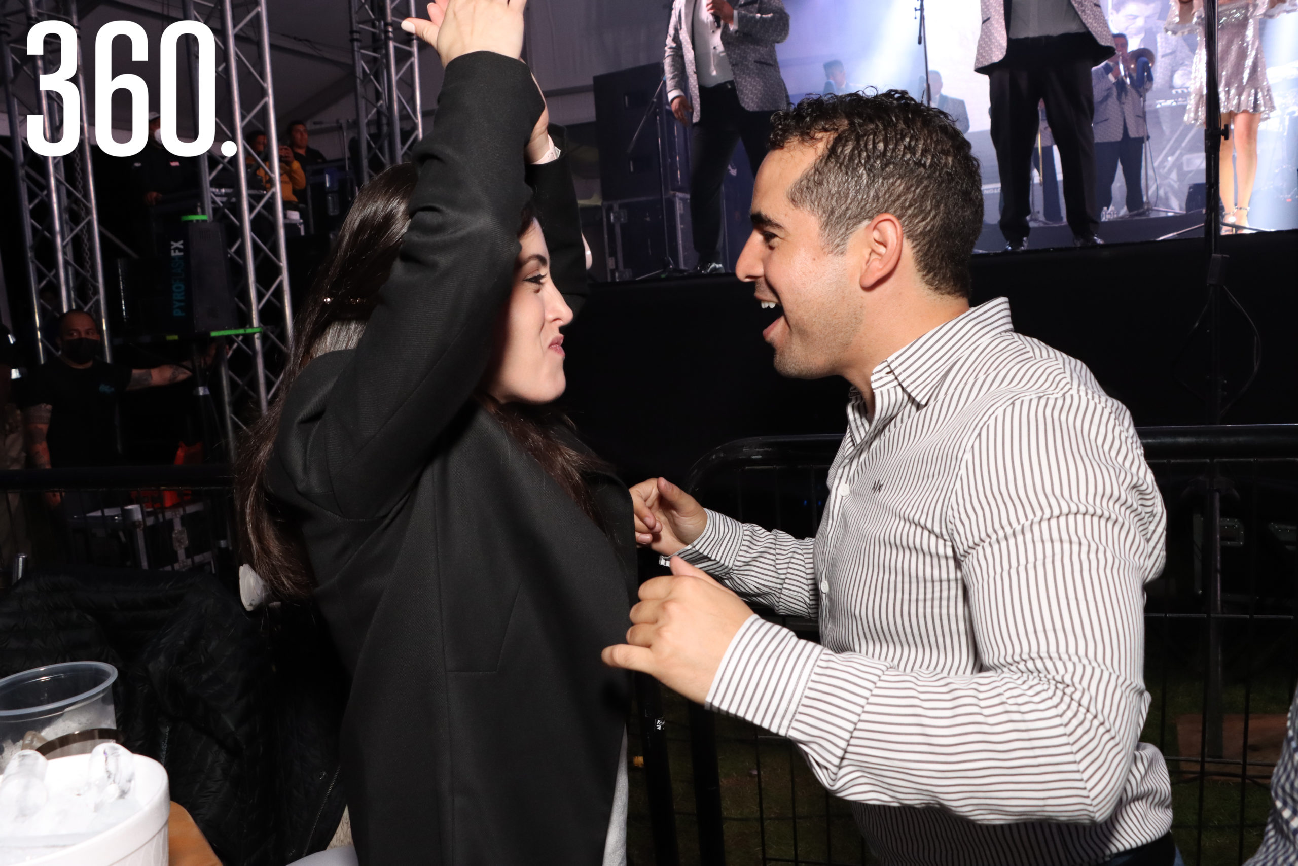 """Sofía Arizpe y Luis Estrada bailaron al ritmo de """"20 rosas""""."""