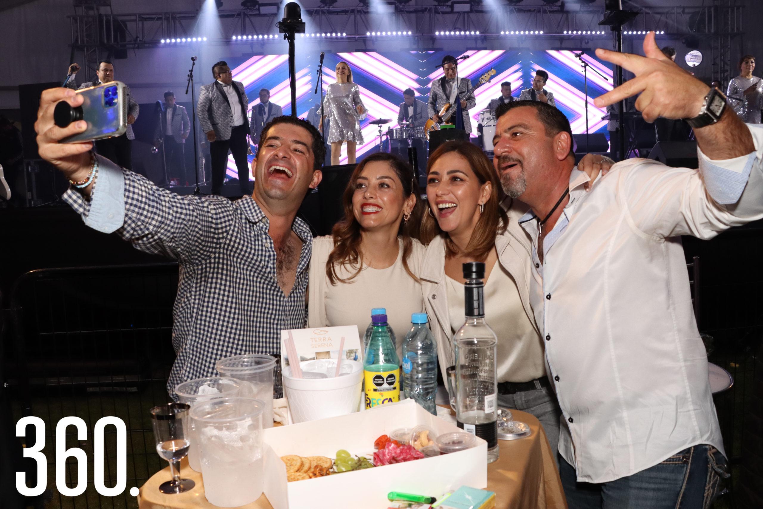Roberto y Alicia Garza junto a Paola y Miguel Pepi fueron la mesa más animada durante el concierto.