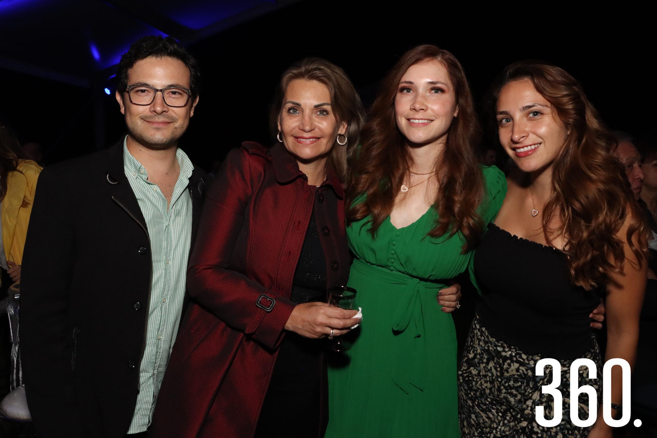 Oscar, Pily, Krystal y Pily Cadena.