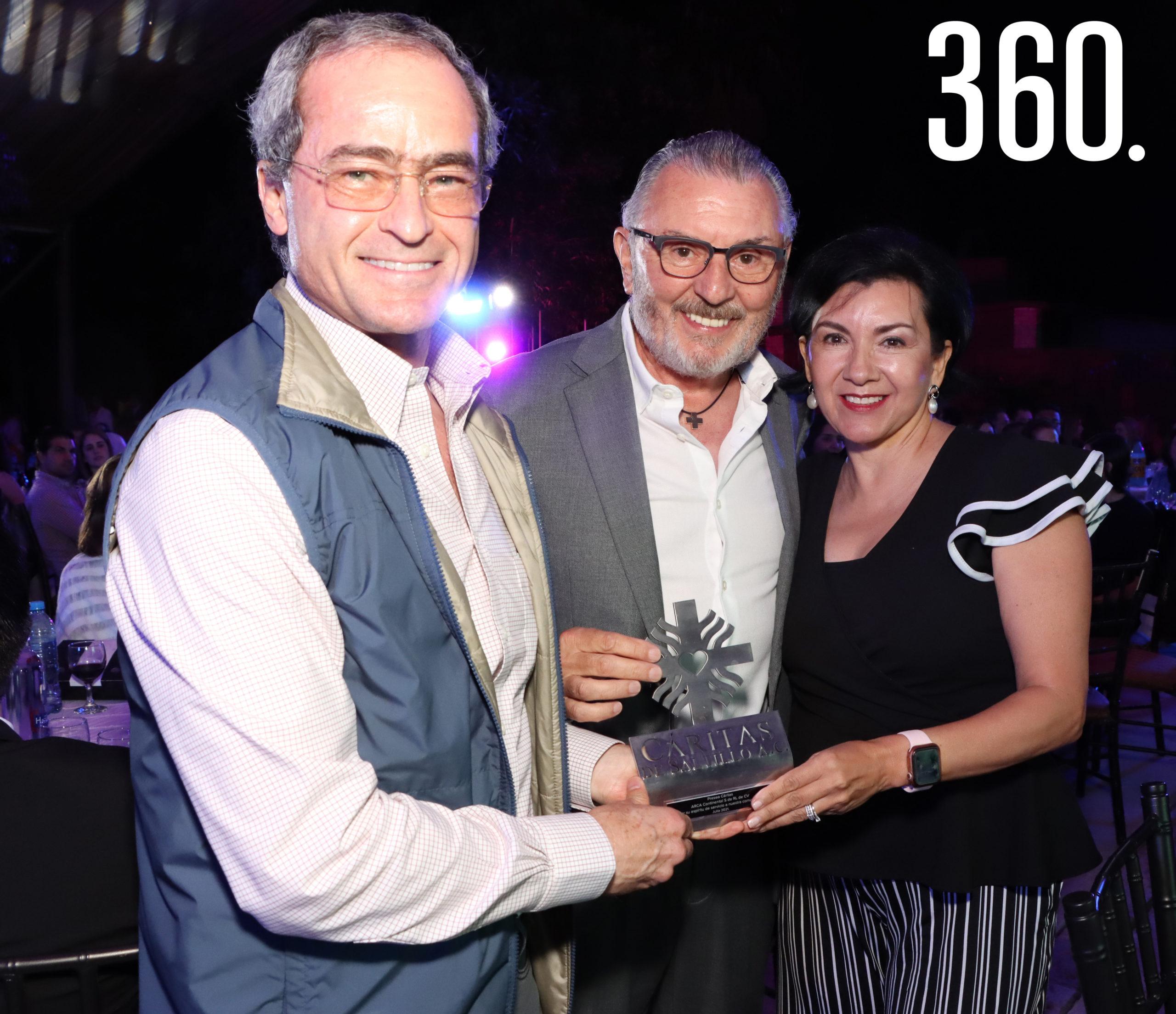 Luis Arizpe Jiménez representante de Arca Continental recibió la Presea Cáritas de manos de Gerardo Camacho y Mirna Carbona, por el apoyo otorgando a Cáritas de Saltillo.