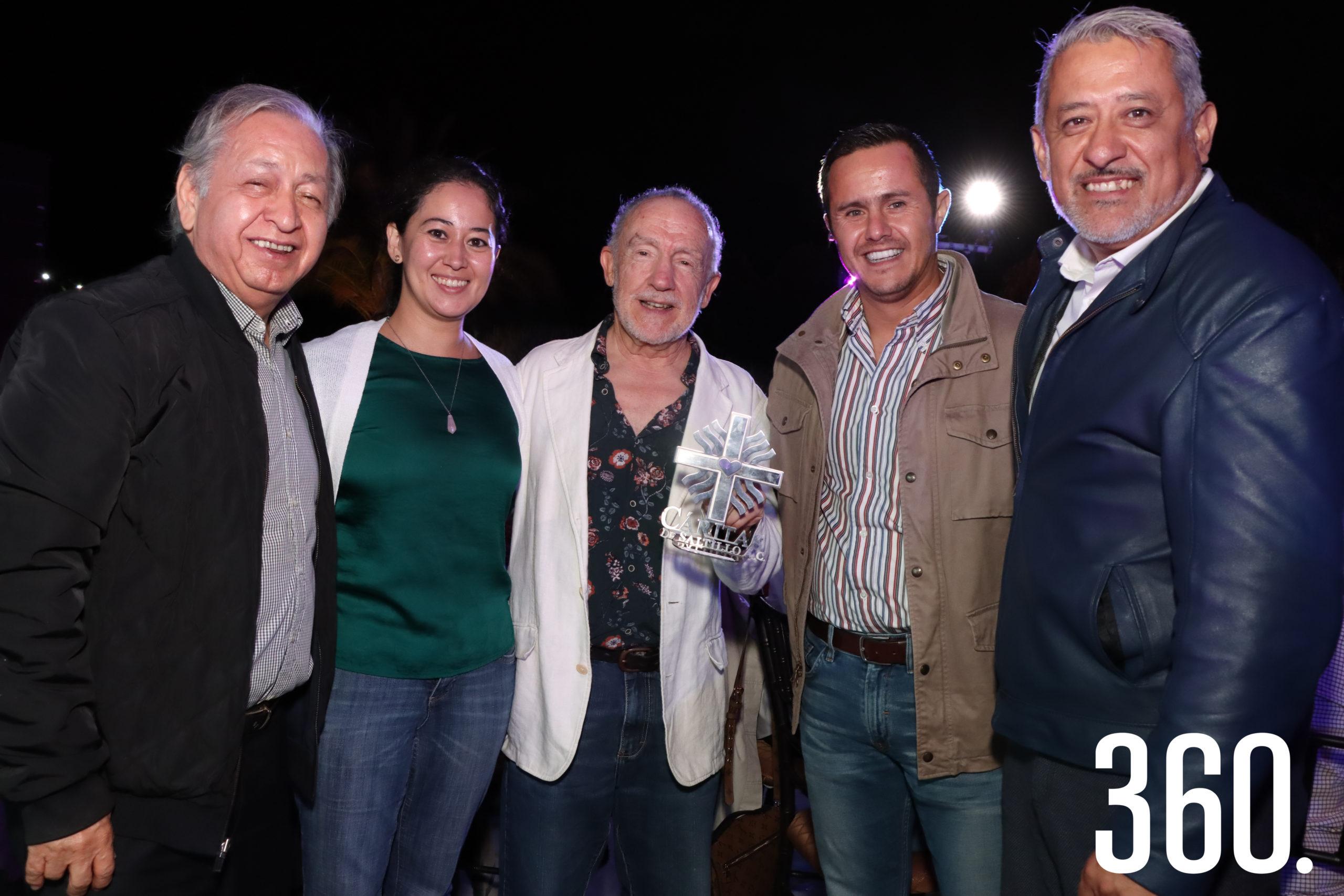 Los consejeros de Cáritas de Saltillo Marco Barraza, Gloria Hernández Sáenz, César Iván Moreno y Alejandro Gómez entregaron un reconocimiento a Rodolfo Arizpe Sada por su apoyo a Cáritas de Saltillo.