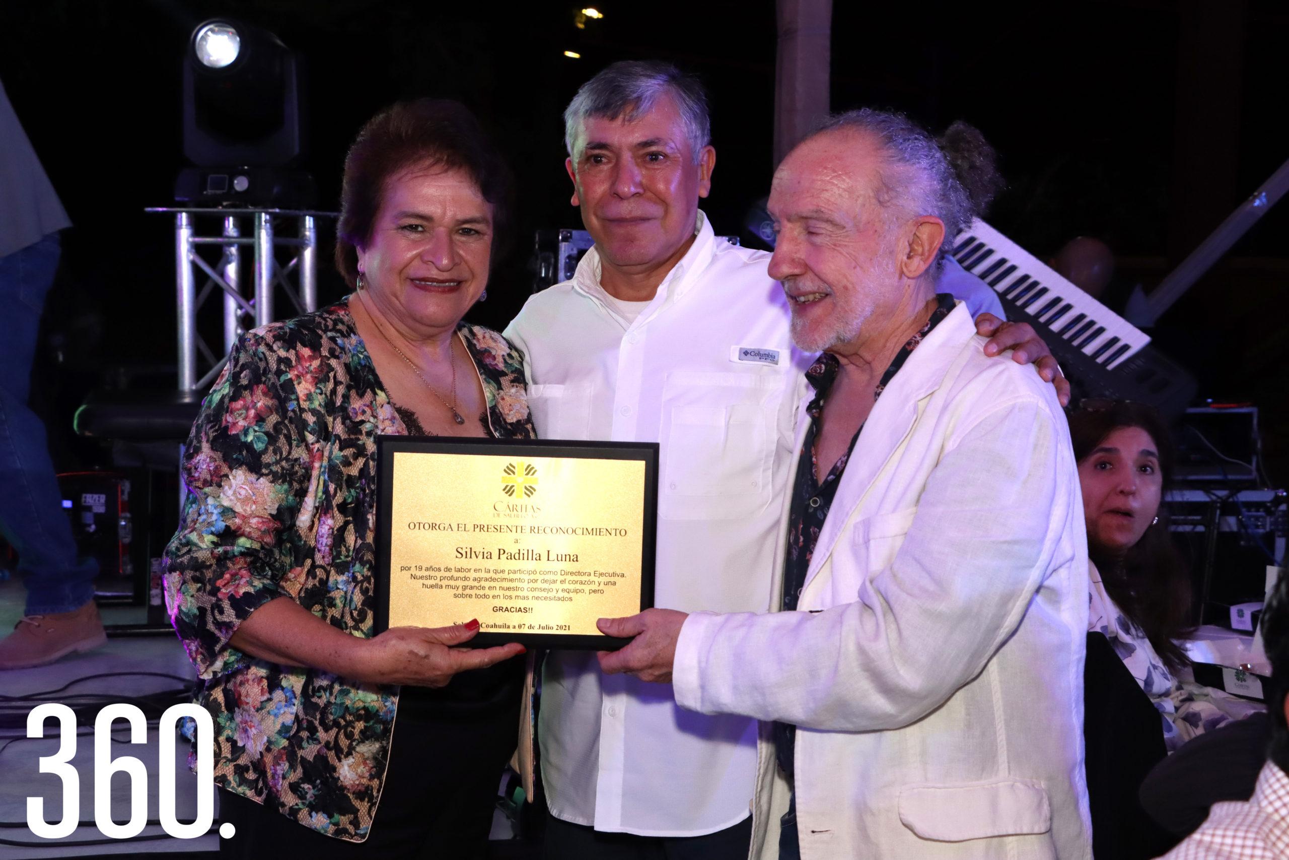 Silvia Padilla Luna recibió una placa por sus 19 años como Directora Ejecutiva de Cáritas de Saltillo durante la velada.