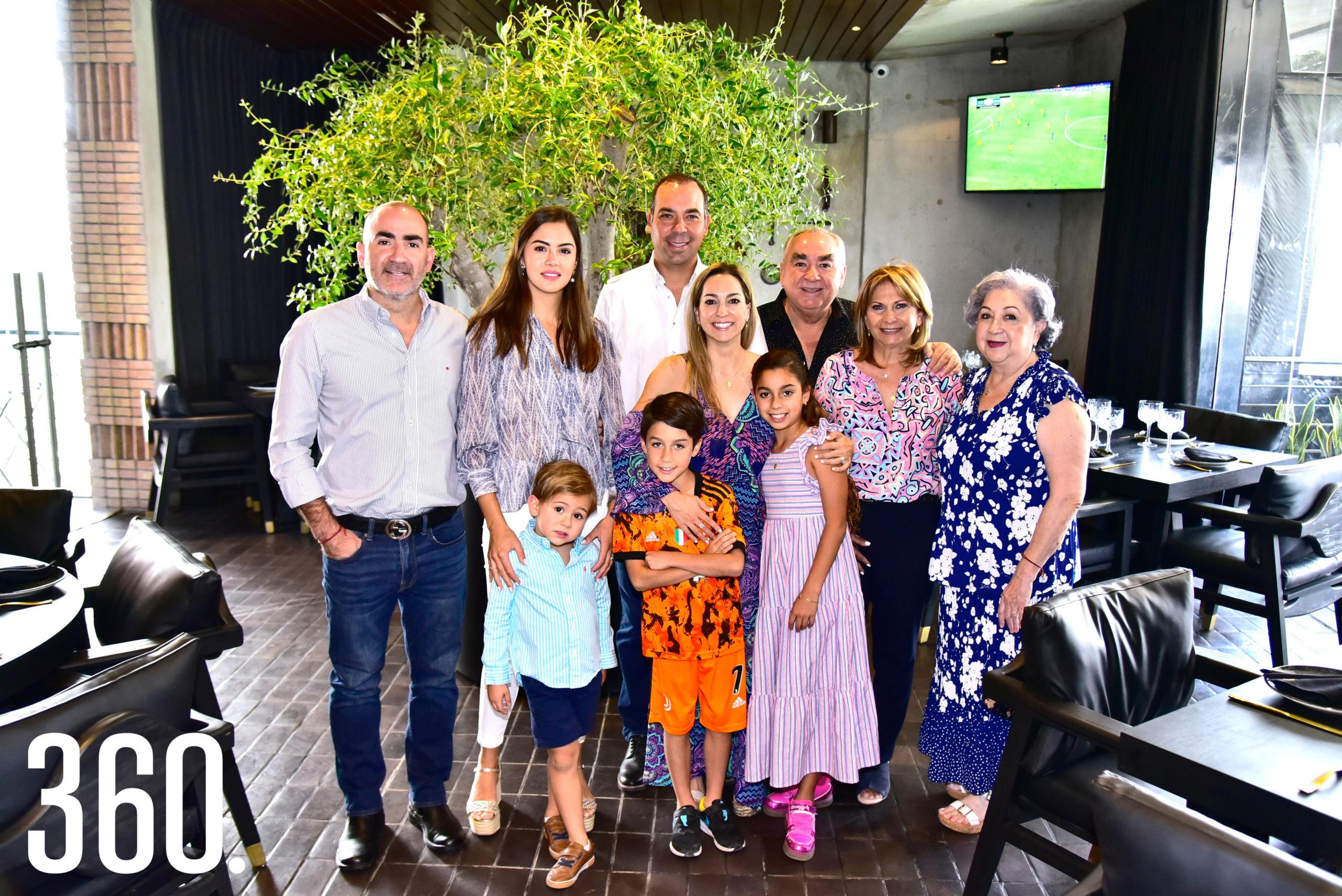 Michel Mata de Llarena acompañada de su familia.