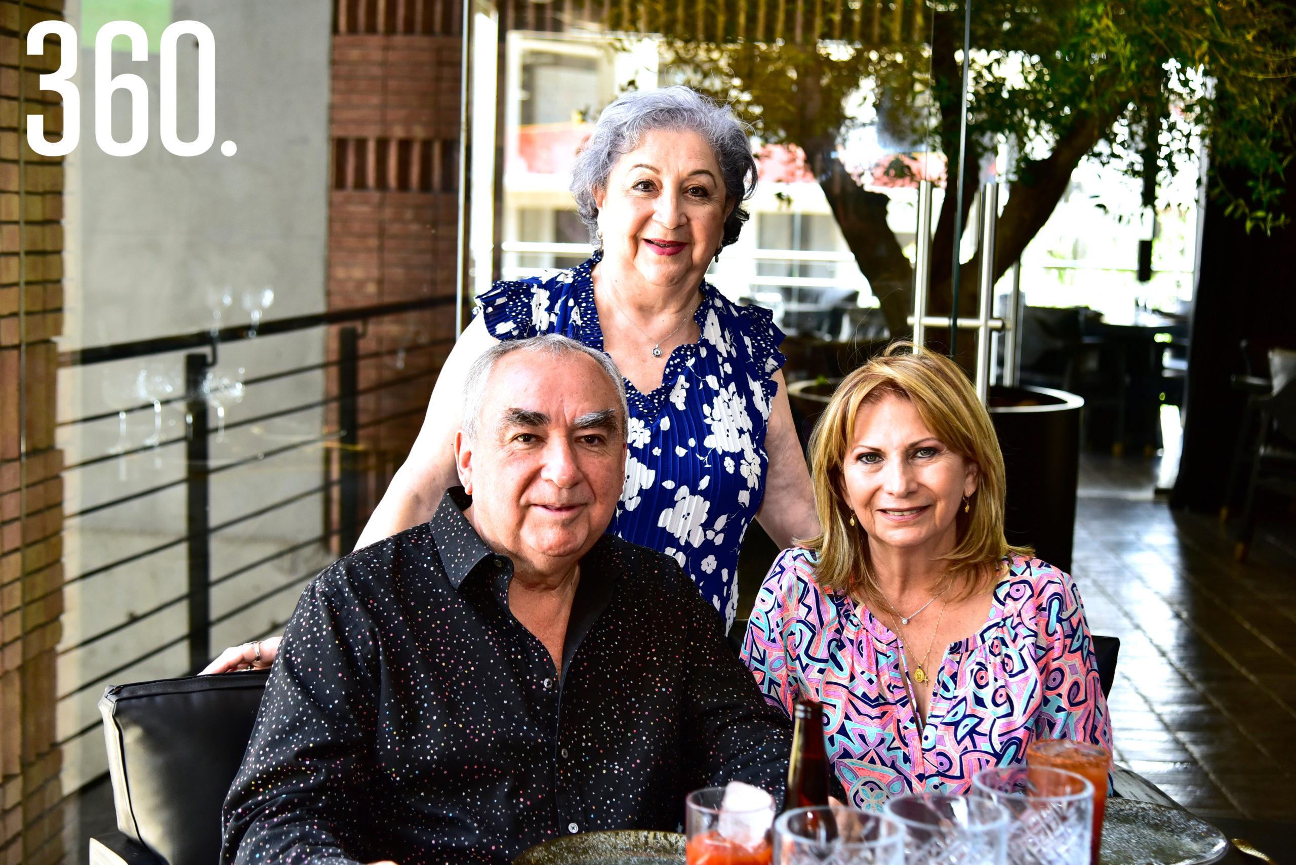 Martha Delia Mata, Mario Mata y Marisela Quintero de Mata.