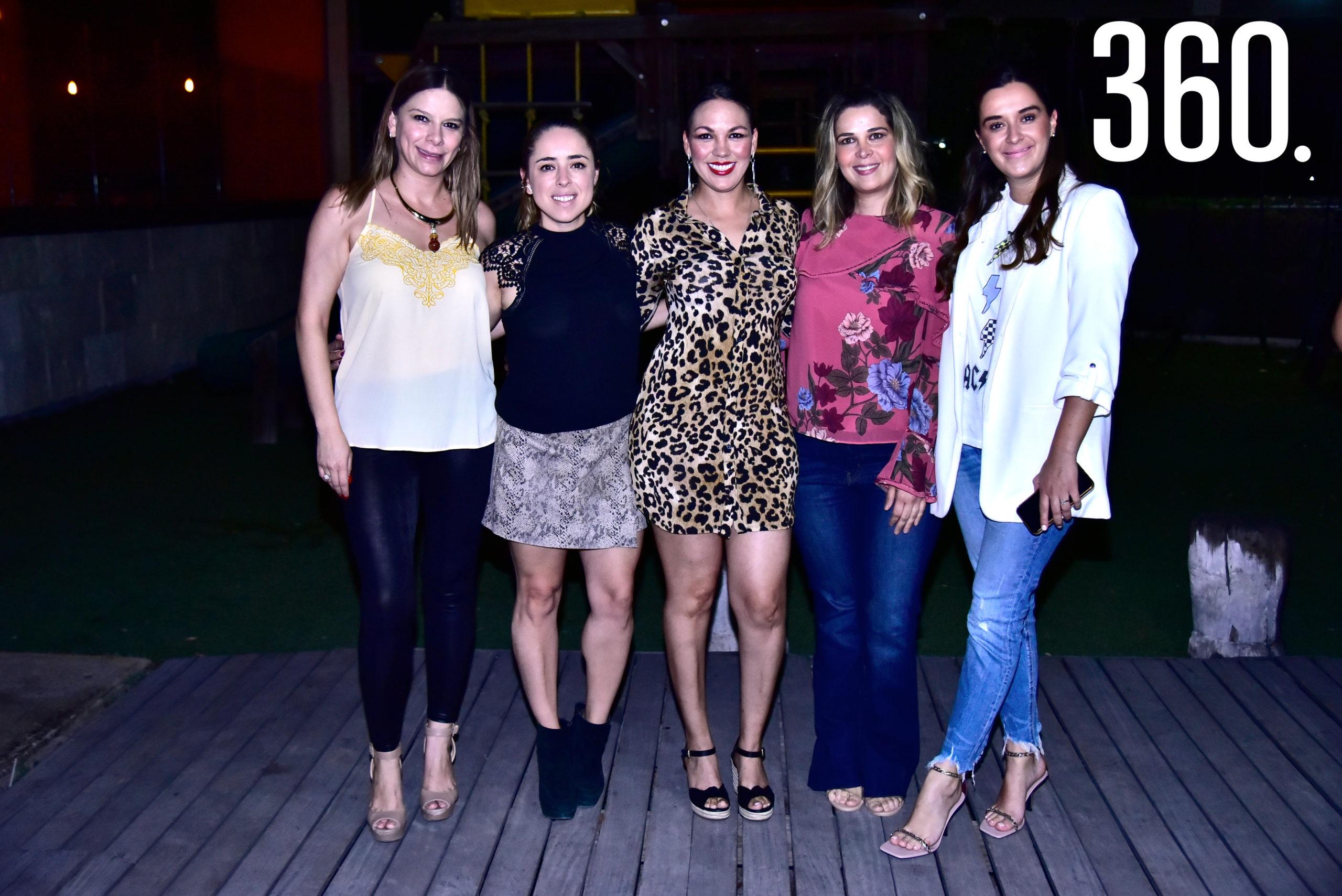 Sandra Pérez acompañada por sus amigas.