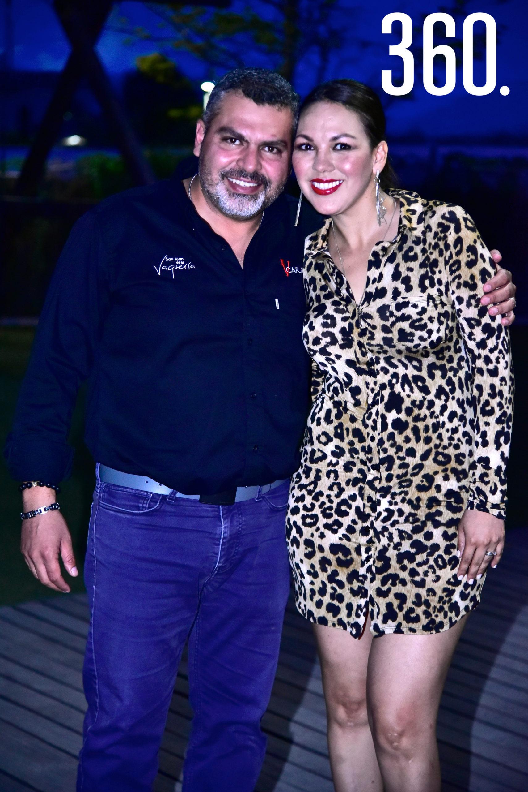 Sandra Pérez con sus esposo Pablo Abugarade.
