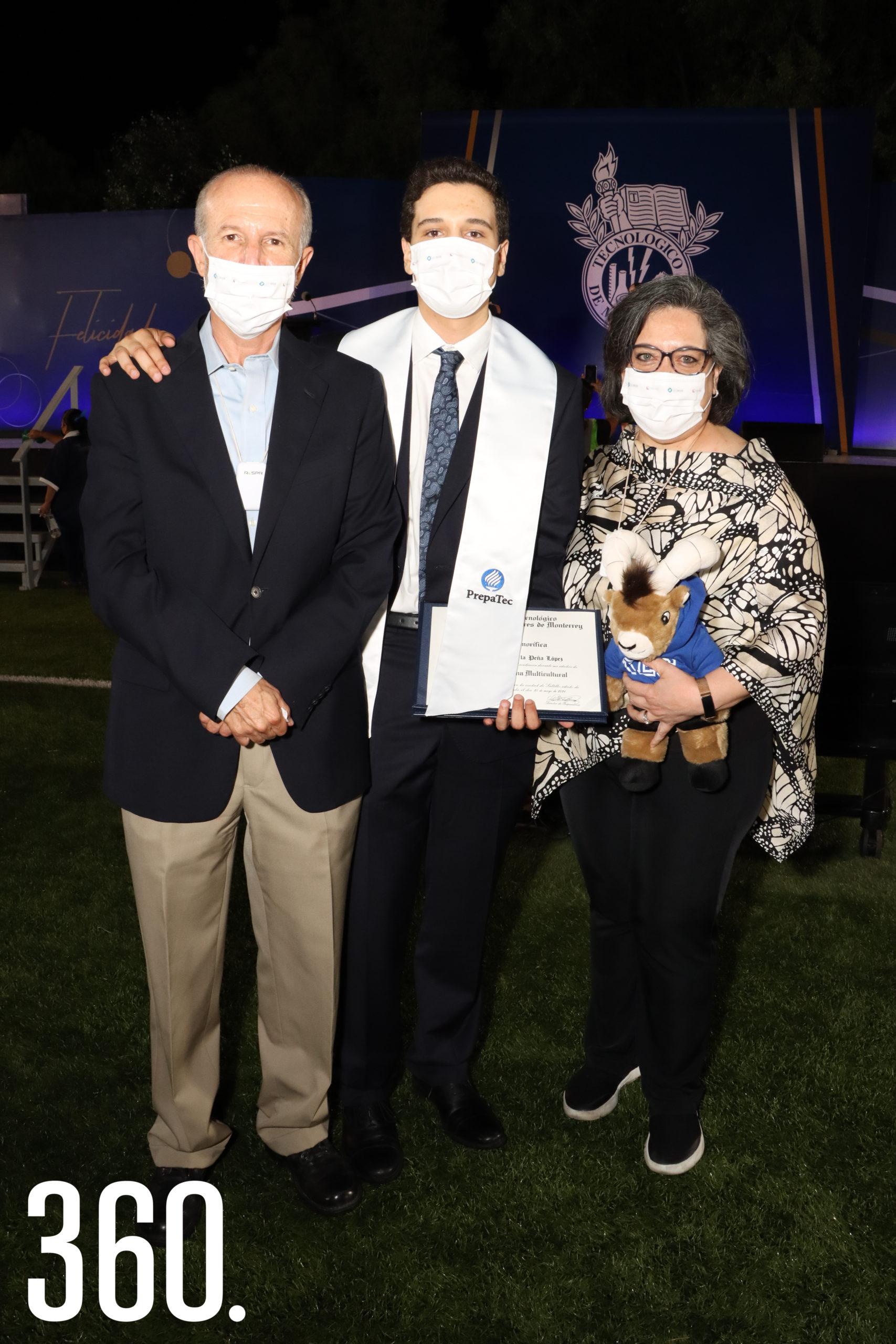 Gerardo Garza Melo y Diana Castilla Galindo con su hijo David.